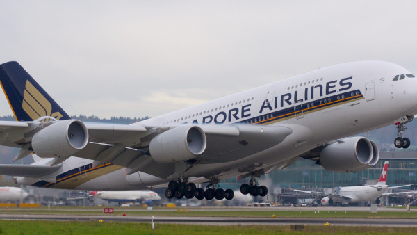 Passenger airplane from Singapore airlines