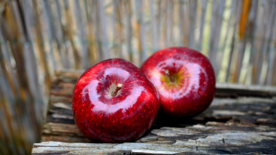 Delicious red apples