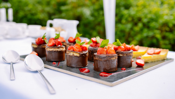 Chocolate cakes with strawberries