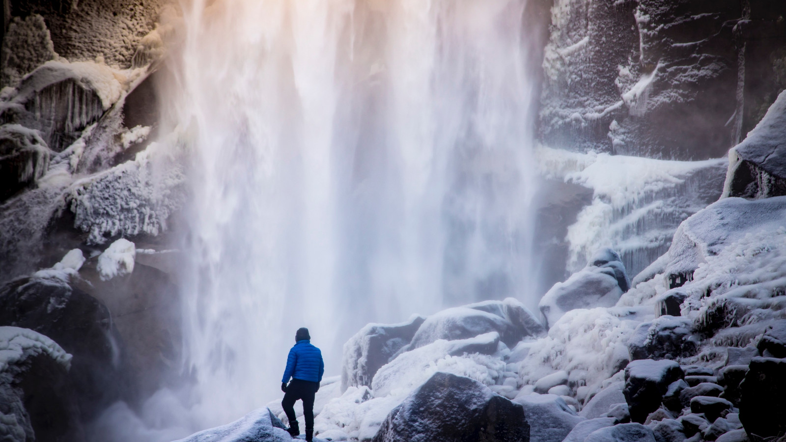Frozen waterfall in Yosemite Valley wallpaper 1600x900