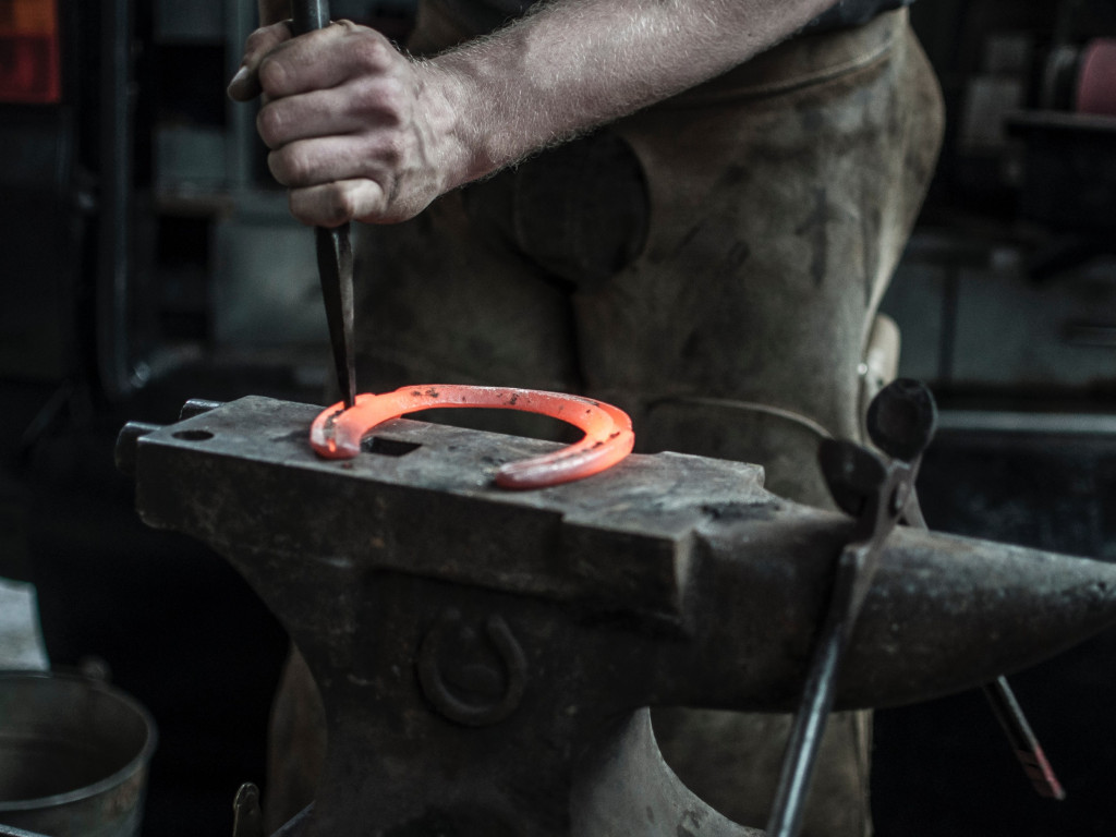 Blacksmith doing a Horseshoe | 1024x768 wallpaper