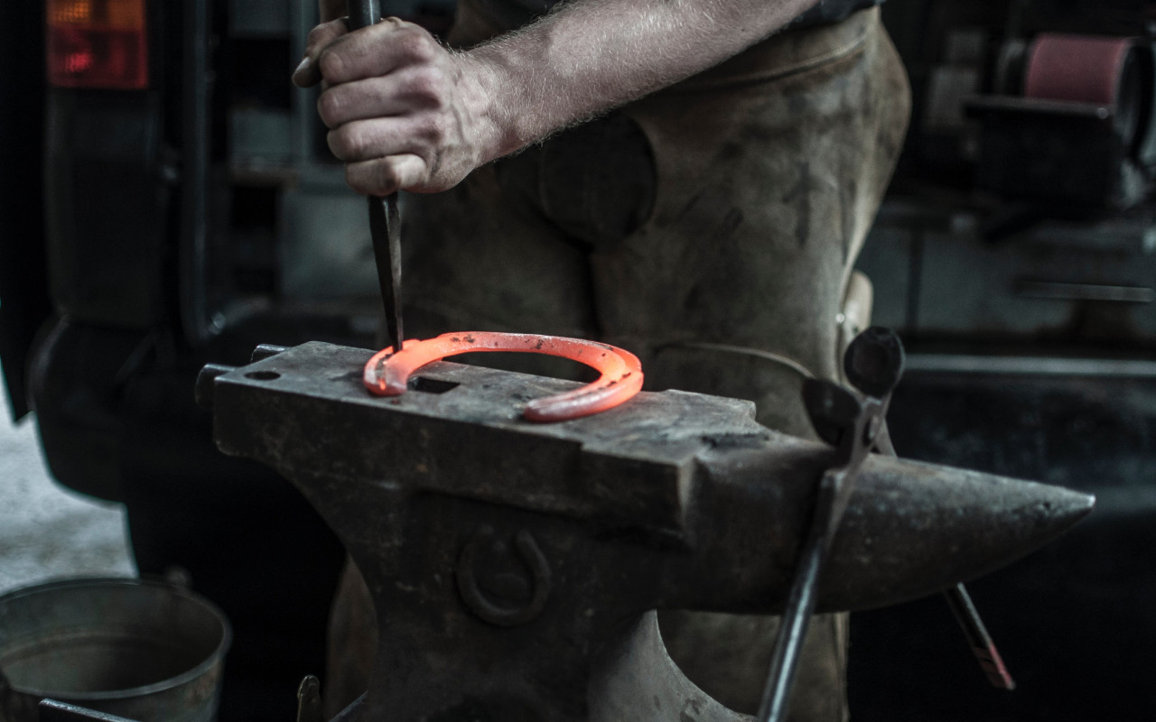 Blacksmith doing a Horseshoe | 1280x800 wallpaper