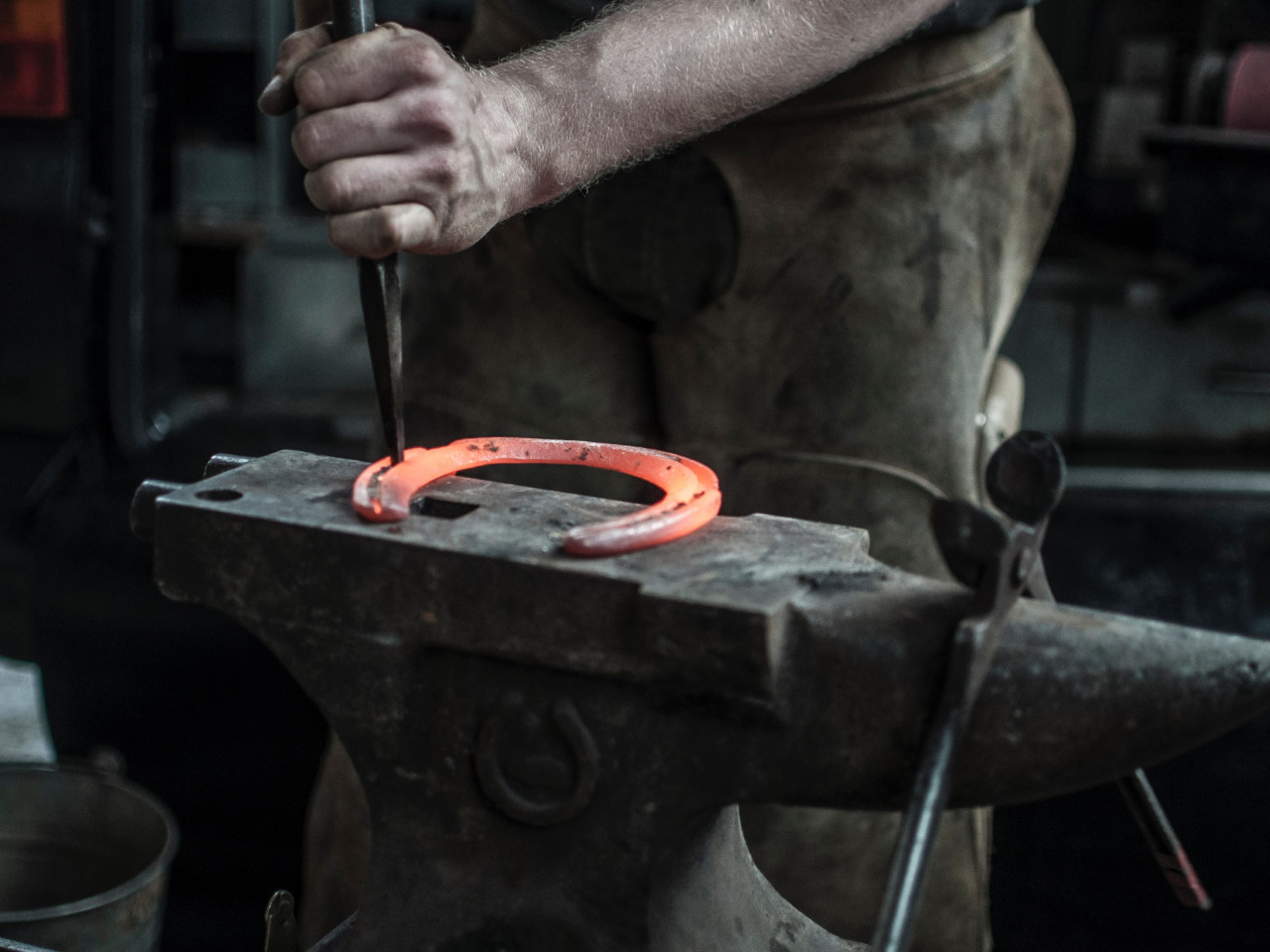 Blacksmith doing a Horseshoe wallpaper 1280x960