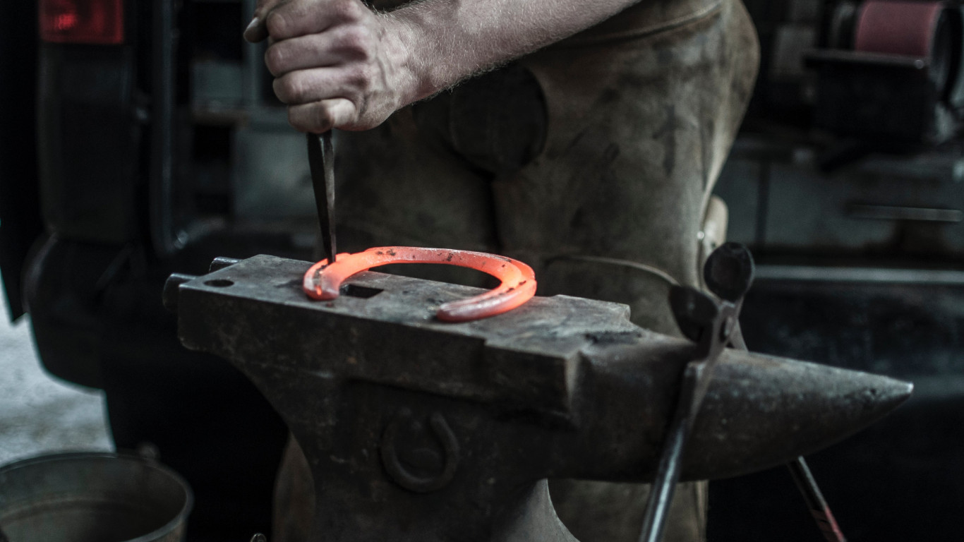 Blacksmith doing a Horseshoe | 1366x768 wallpaper