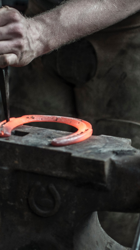 Blacksmith doing a Horseshoe | 480x854 wallpaper