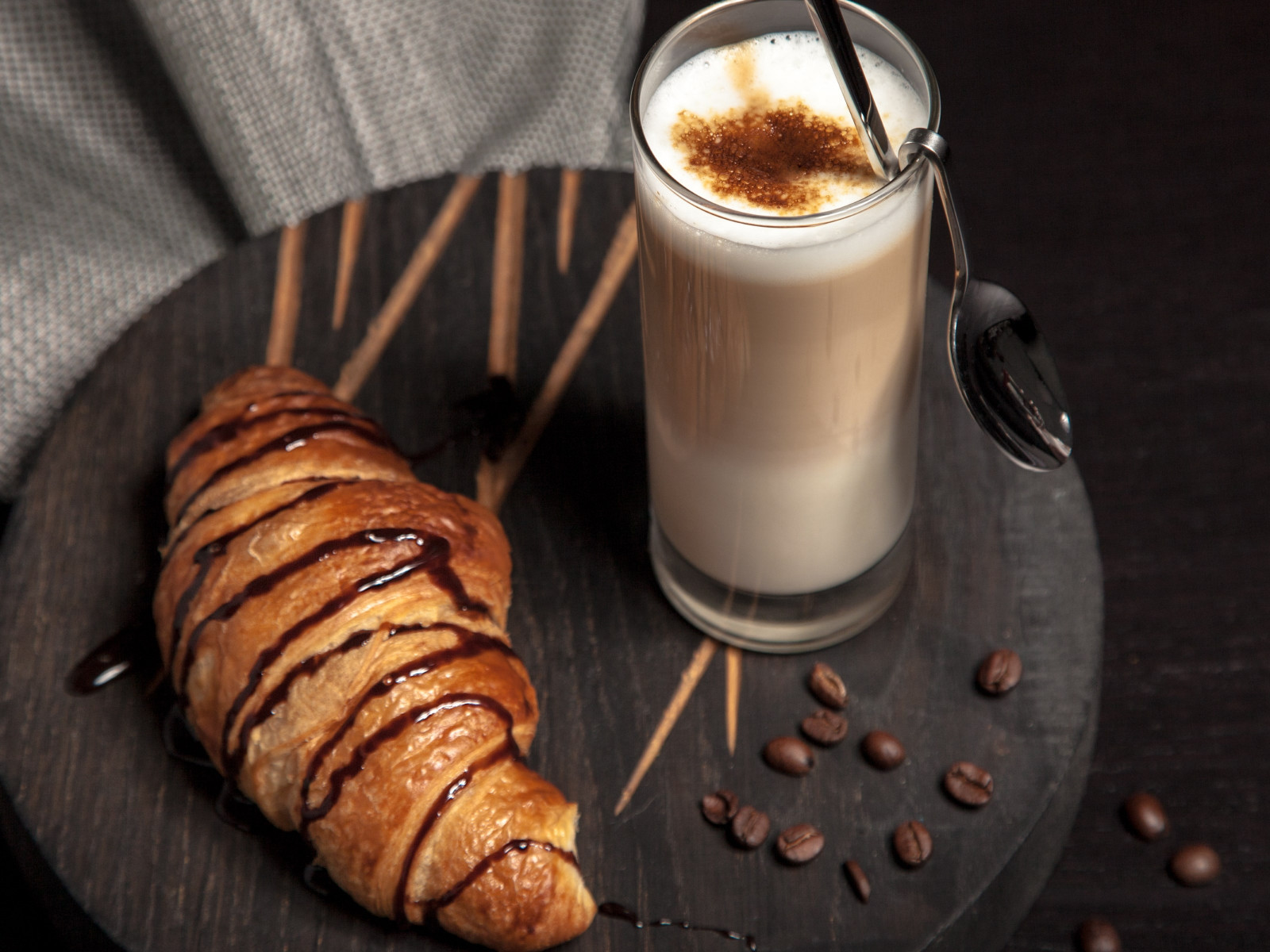 Cappuccino and chocolate croissant wallpaper 1600x1200
