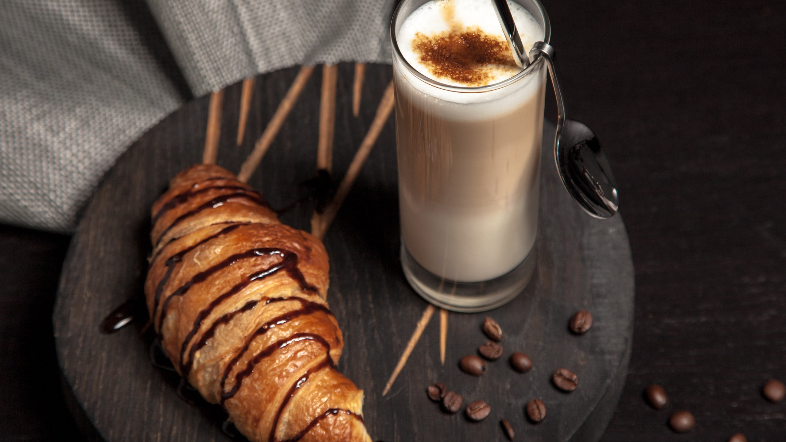 Cappuccino and chocolate croissant | 2560x1440 wallpaper