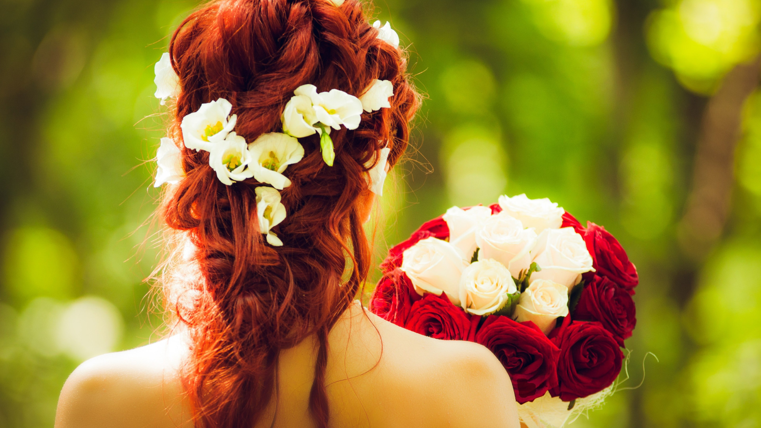 Bride and wedding flowers | 2560x1440 wallpaper