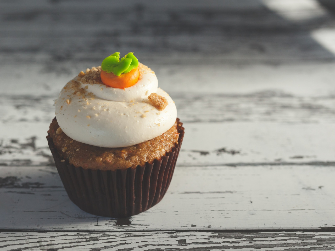Muffin with cream wallpaper 1280x960