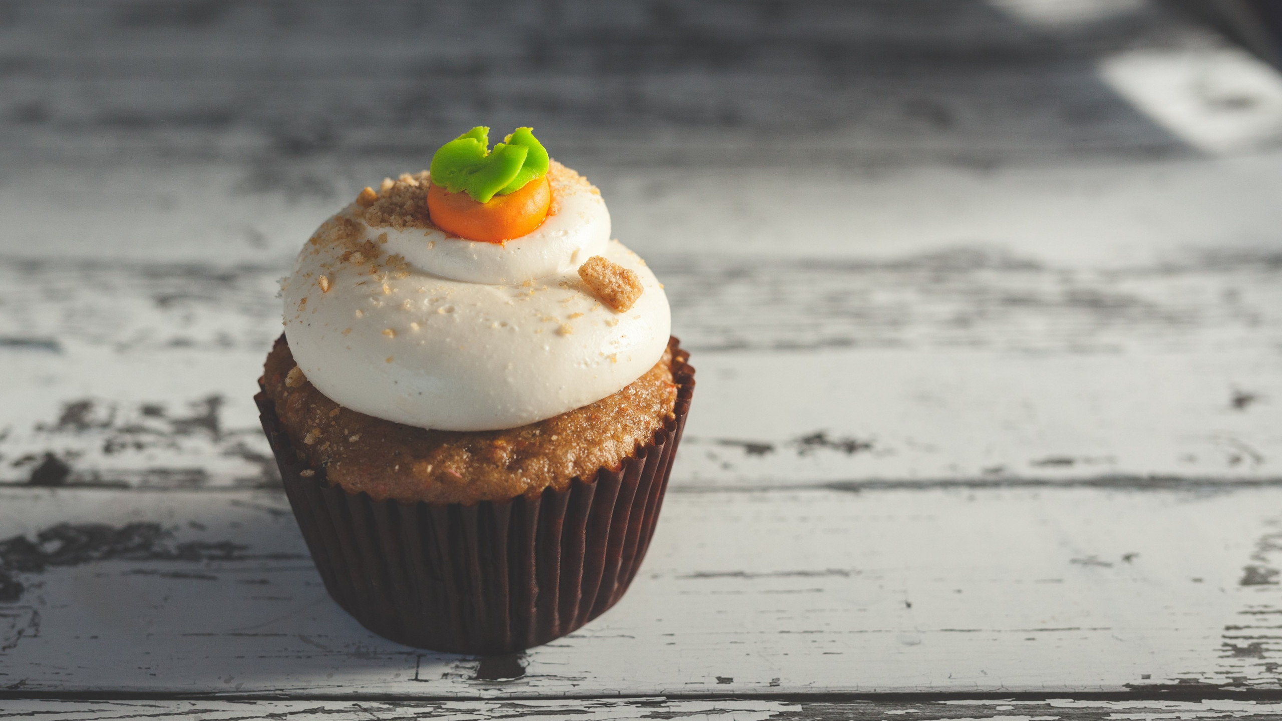 Muffin with cream | 2560x1440 wallpaper