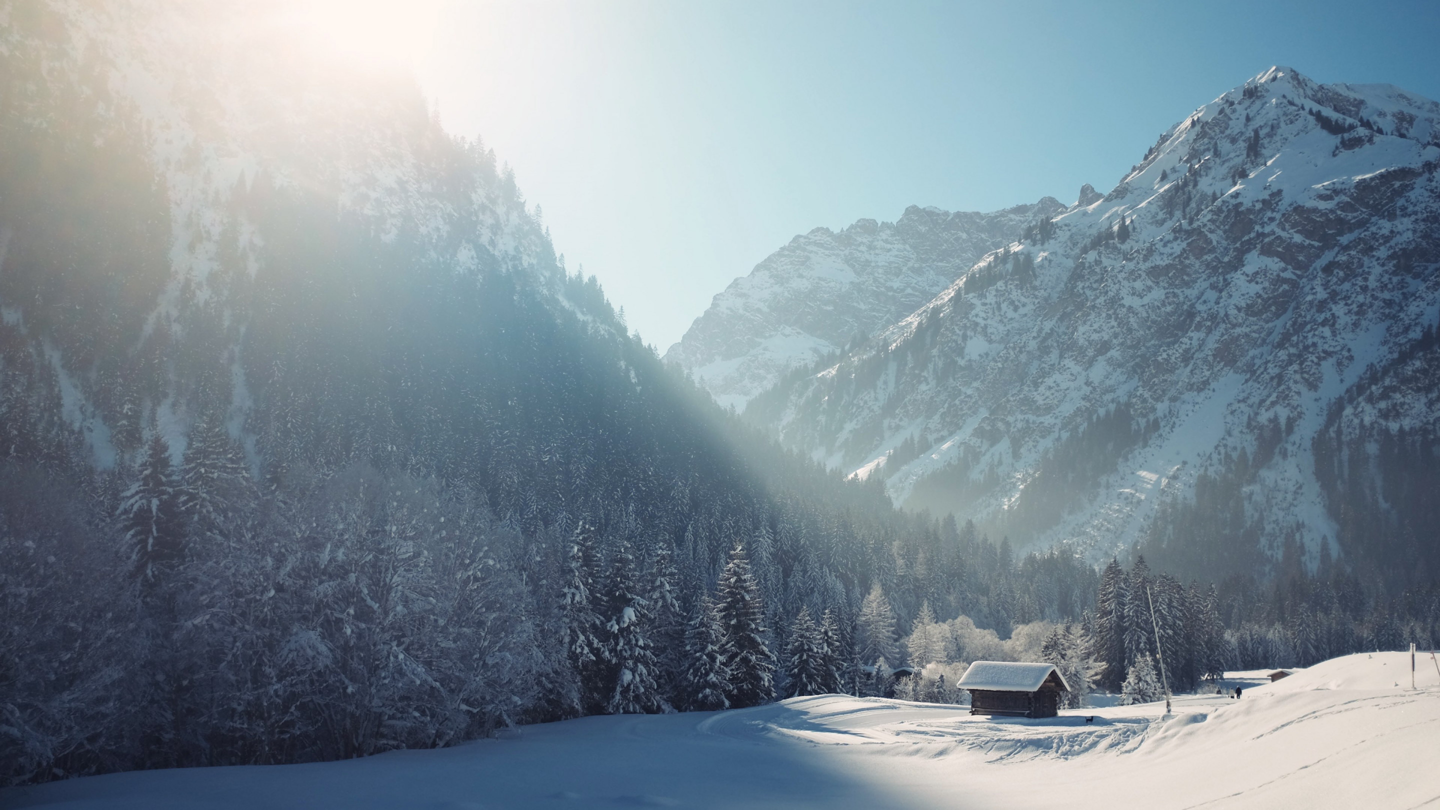 Cottage in Winter landscape | 2880x1620 wallpaper