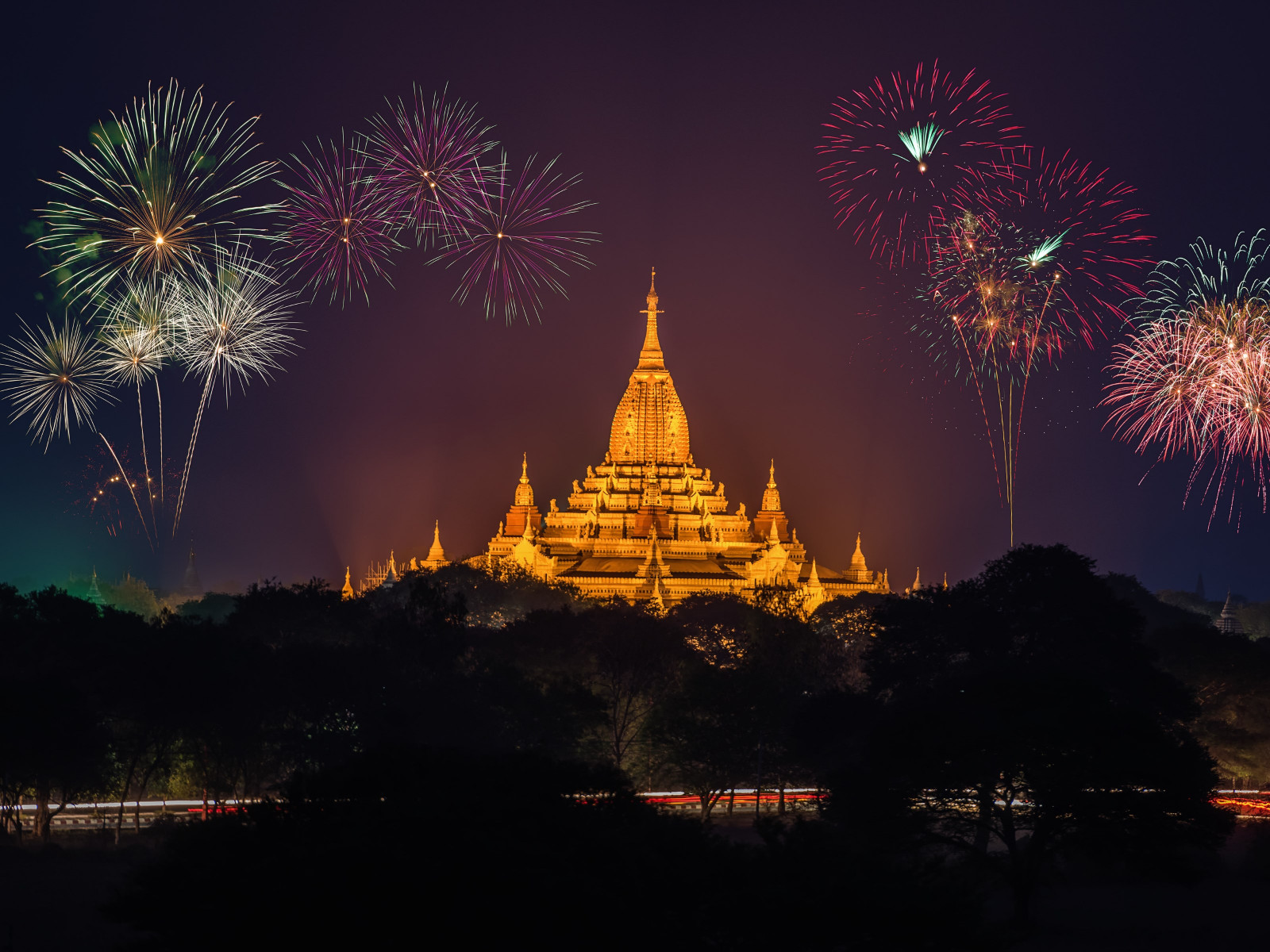 Fireworks above Ananda Phato temple | 1600x1200 wallpaper
