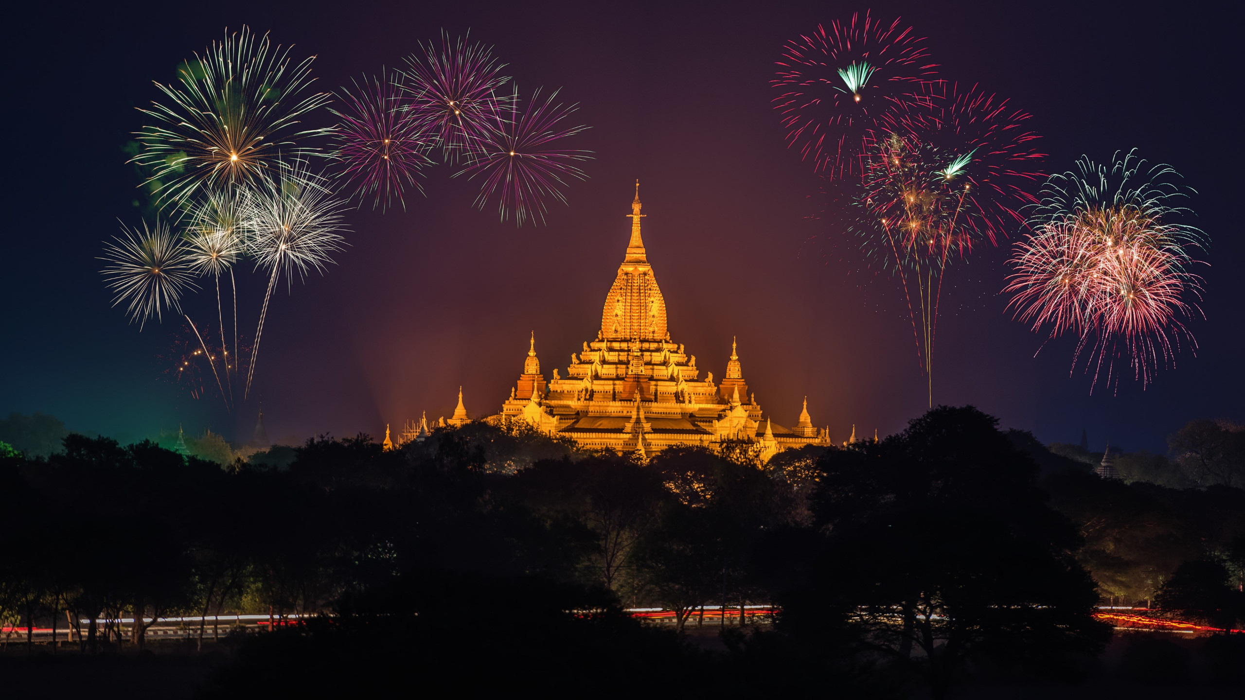 Fireworks above Ananda Phato temple | 2560x1440 wallpaper