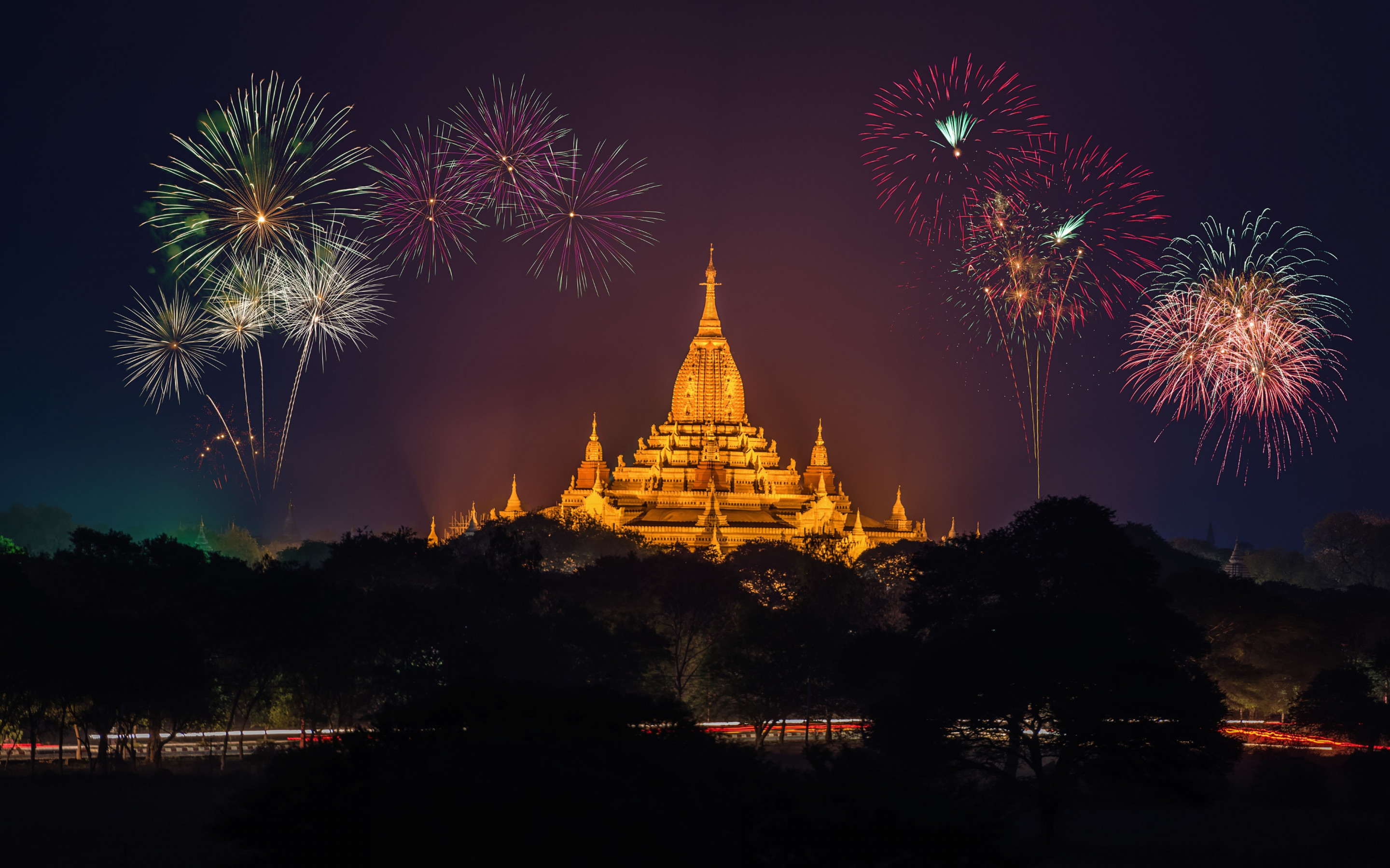Fireworks above Ananda Phato temple | 2880x1800 wallpaper