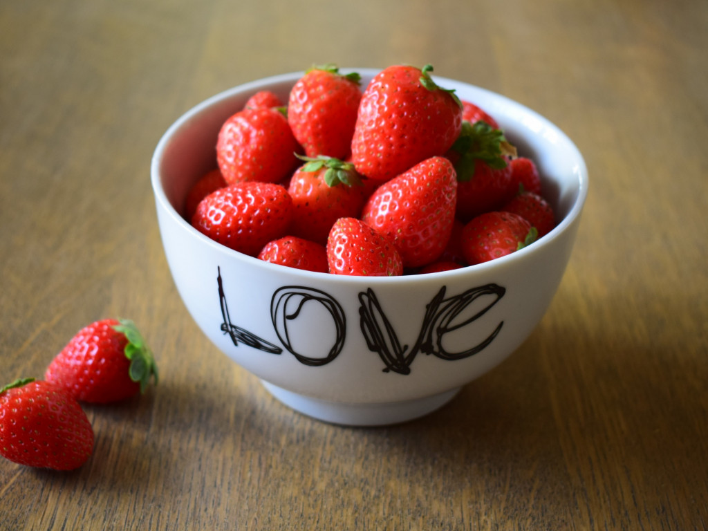 Strawberries with love | 1024x768 wallpaper