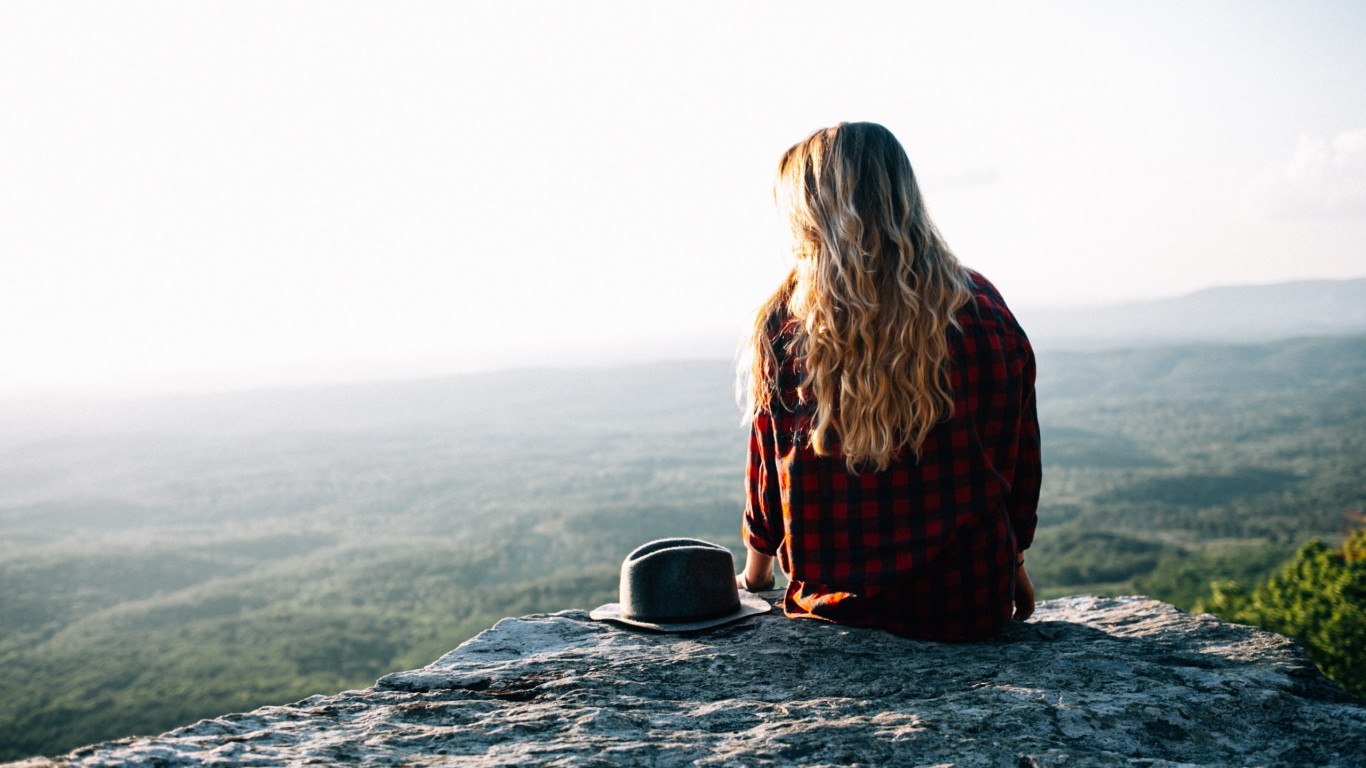 Lady admiring the natural view from Cheaha Mountains, USA | 1366x768 wallpaper