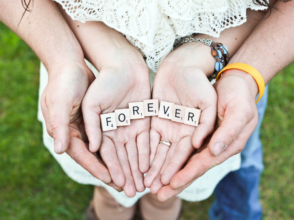 Forever message in their hands | 1024x768 wallpaper