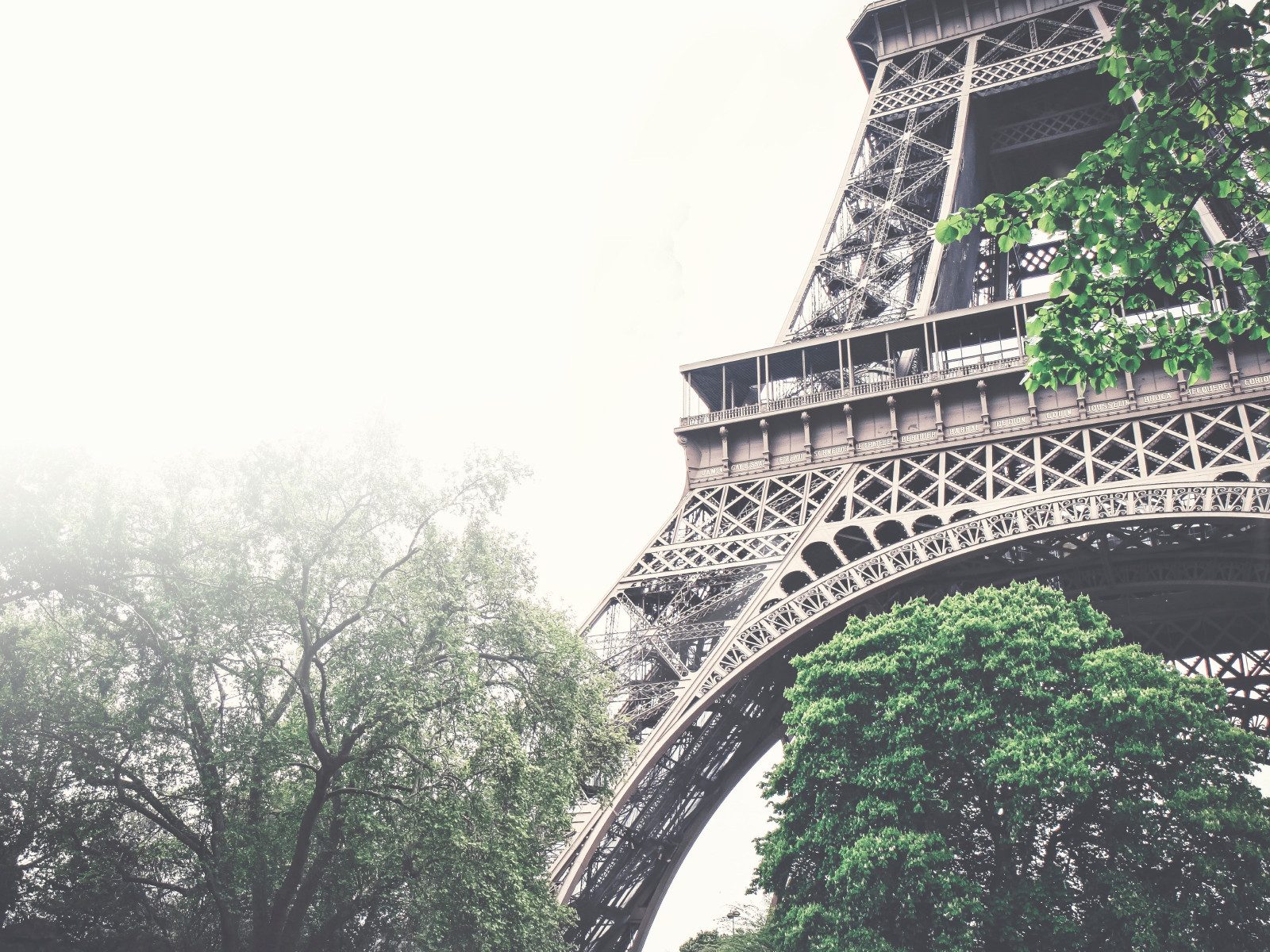 Tour Eiffel in a foggy day | 1600x1200 wallpaper