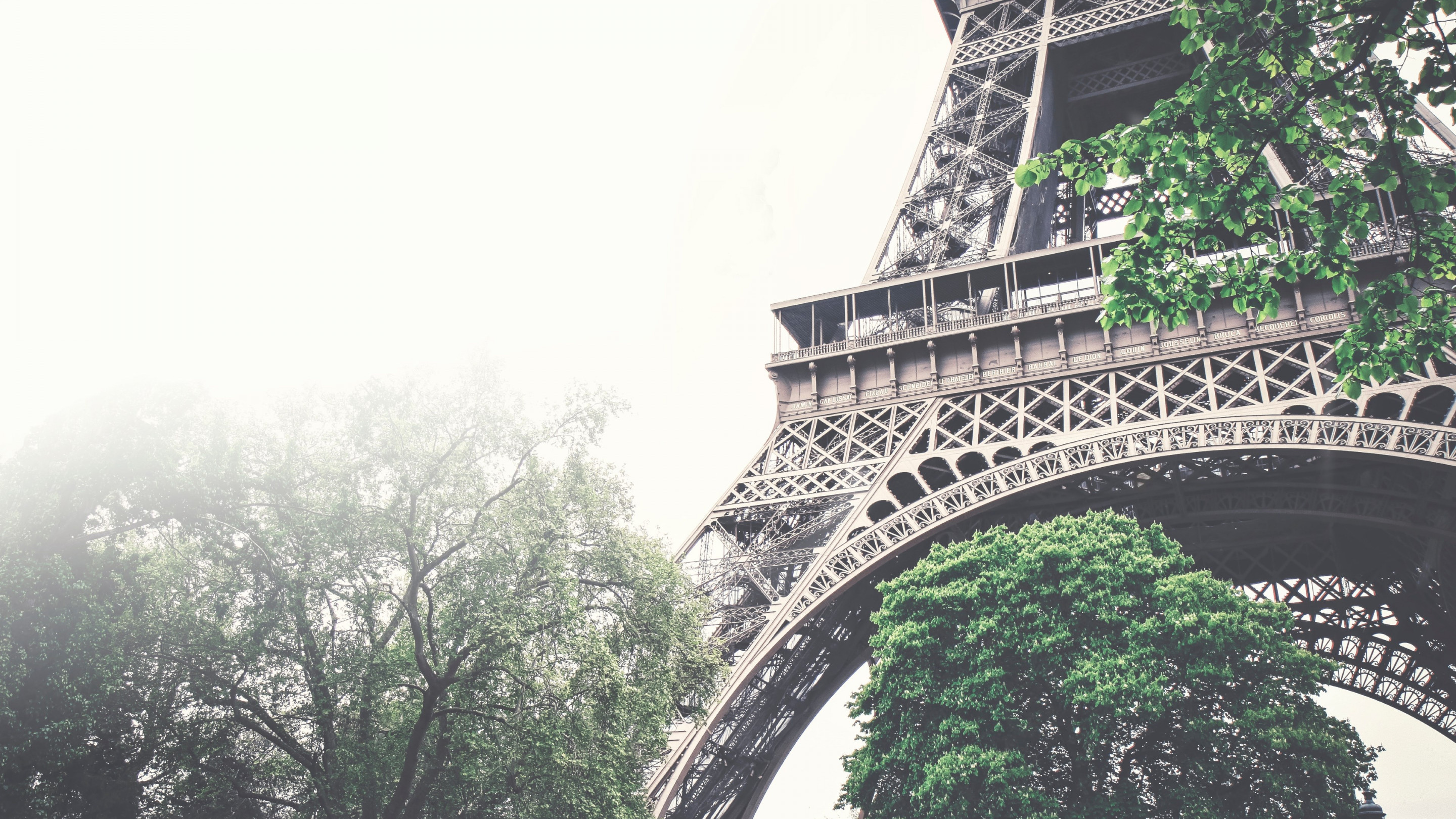 Tour Eiffel in a foggy day wallpaper 2880x1620