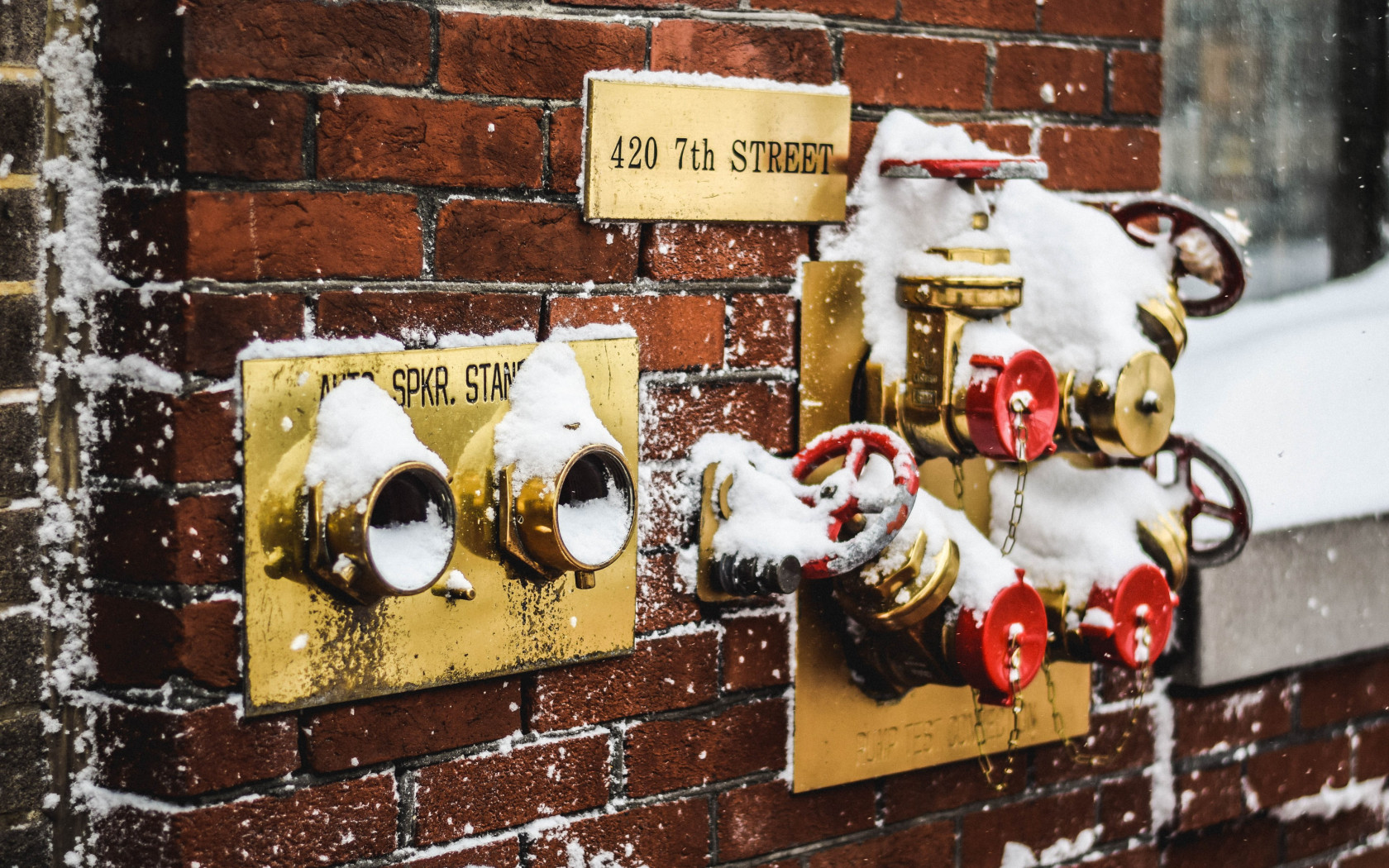 Snow covered fire standpipes in Washington | 1680x1050 wallpaper