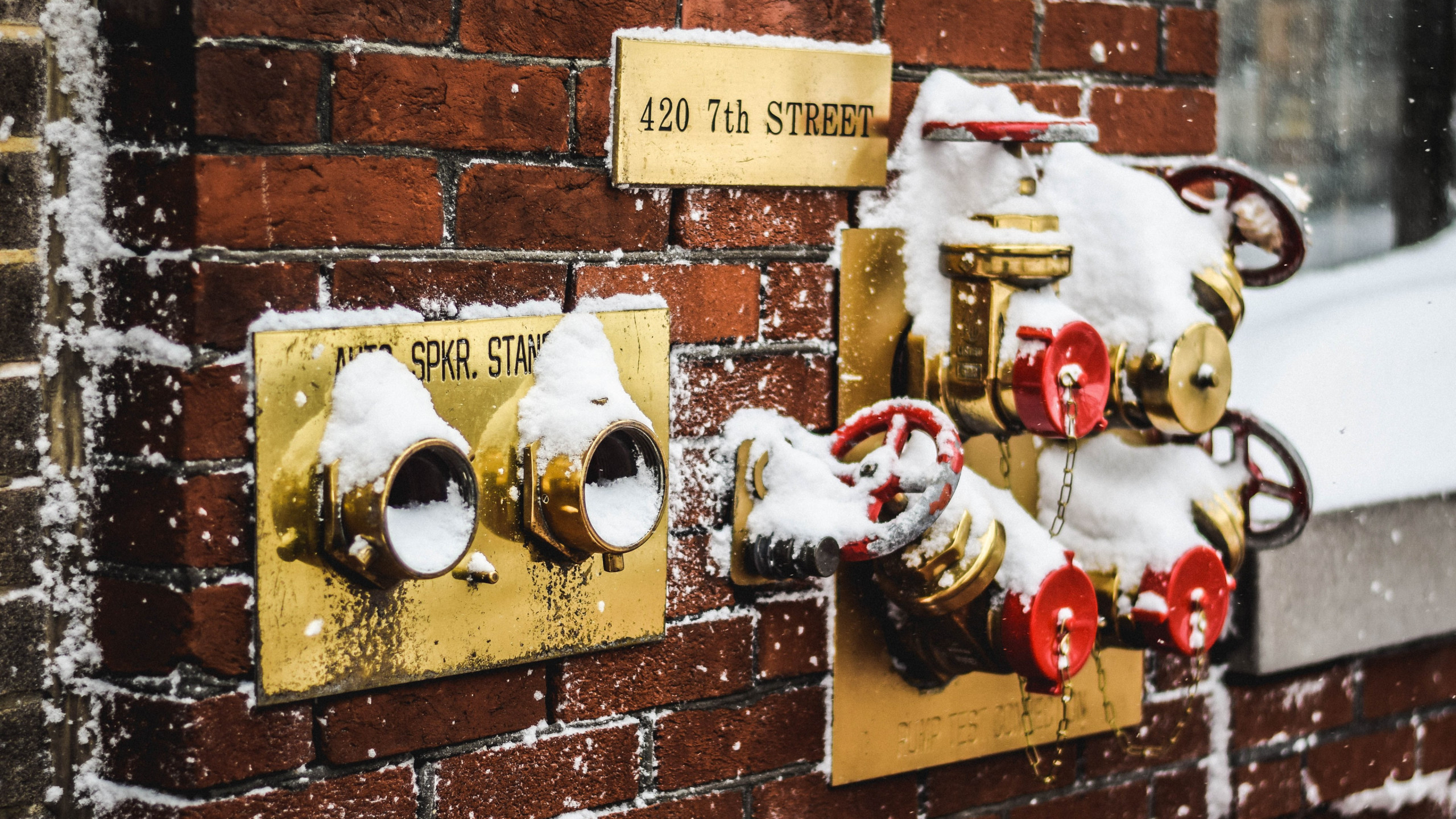 Snow covered fire standpipes in Washington | 2560x1440 wallpaper