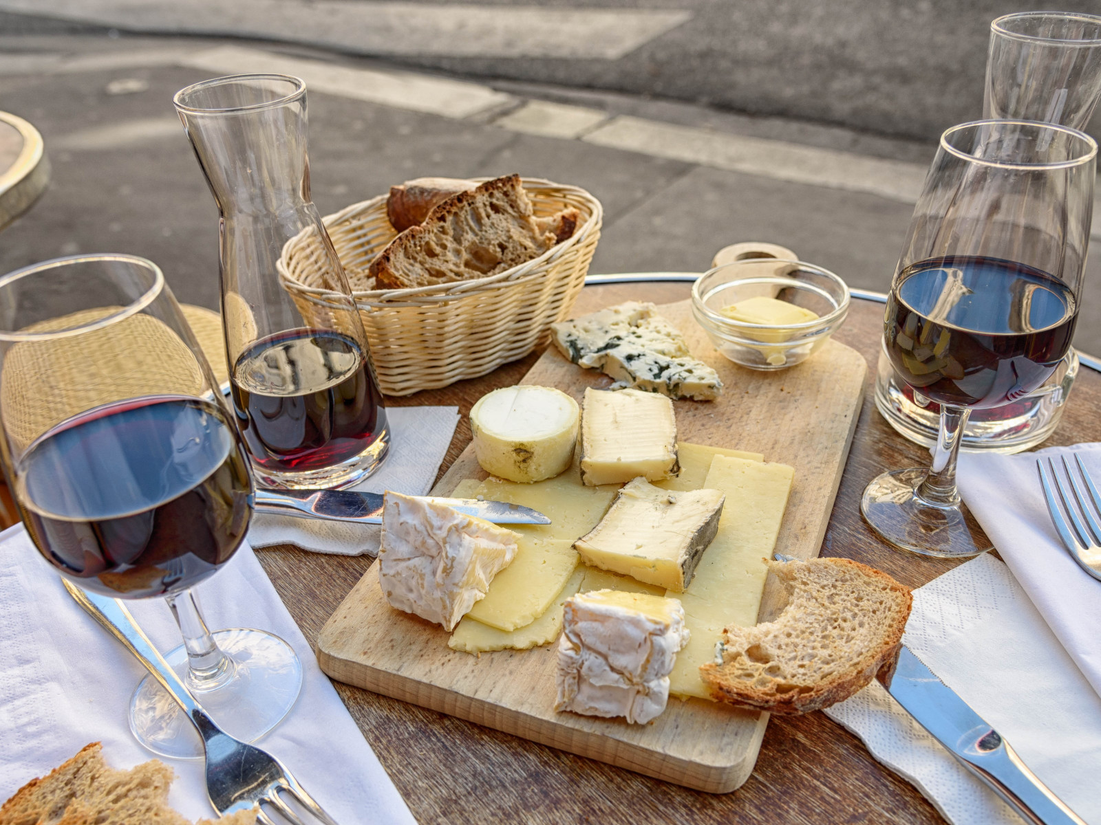 Cheese, wine and bread. Good food and drink wallpaper 1600x1200