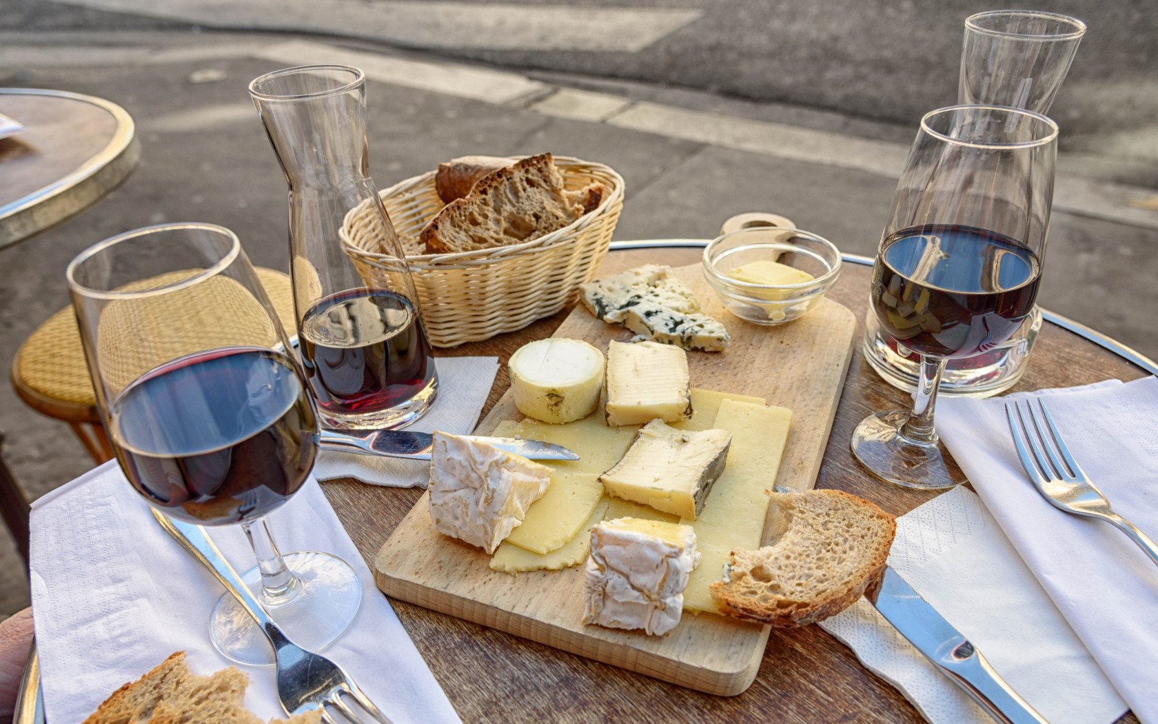 Cheese, wine and bread. Good food and drink wallpaper 1680x1050