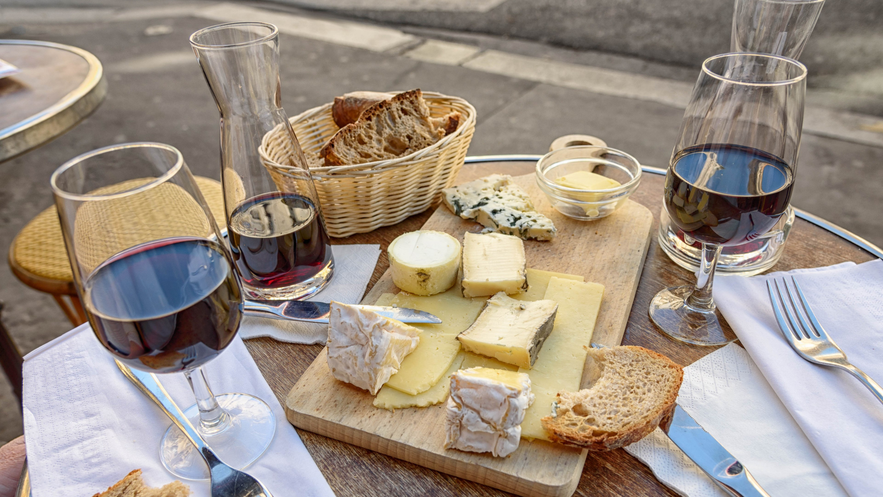 Cheese, wine and bread. Good food and drink wallpaper 2880x1620