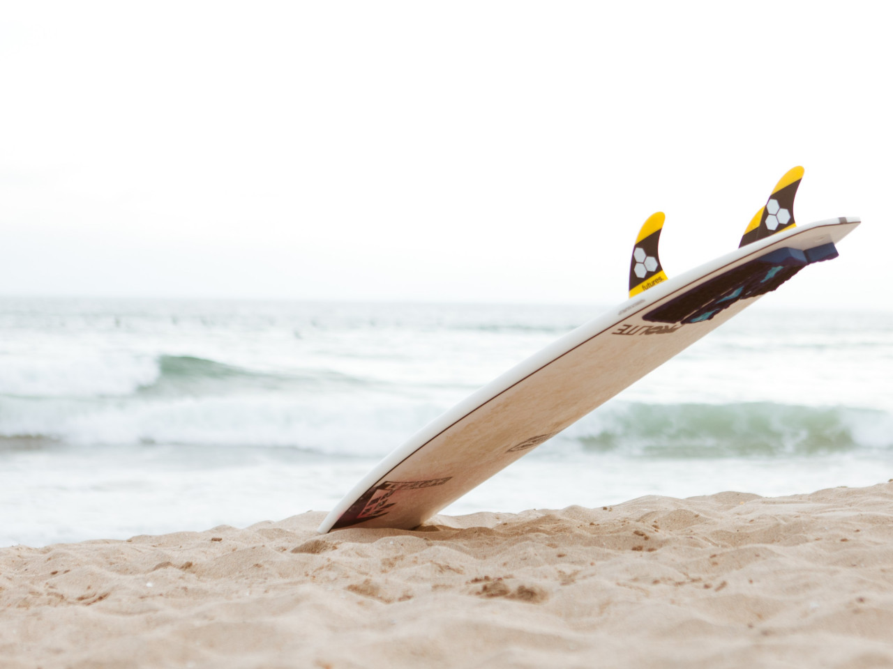 Surf board on the beach | 1280x960 wallpaper