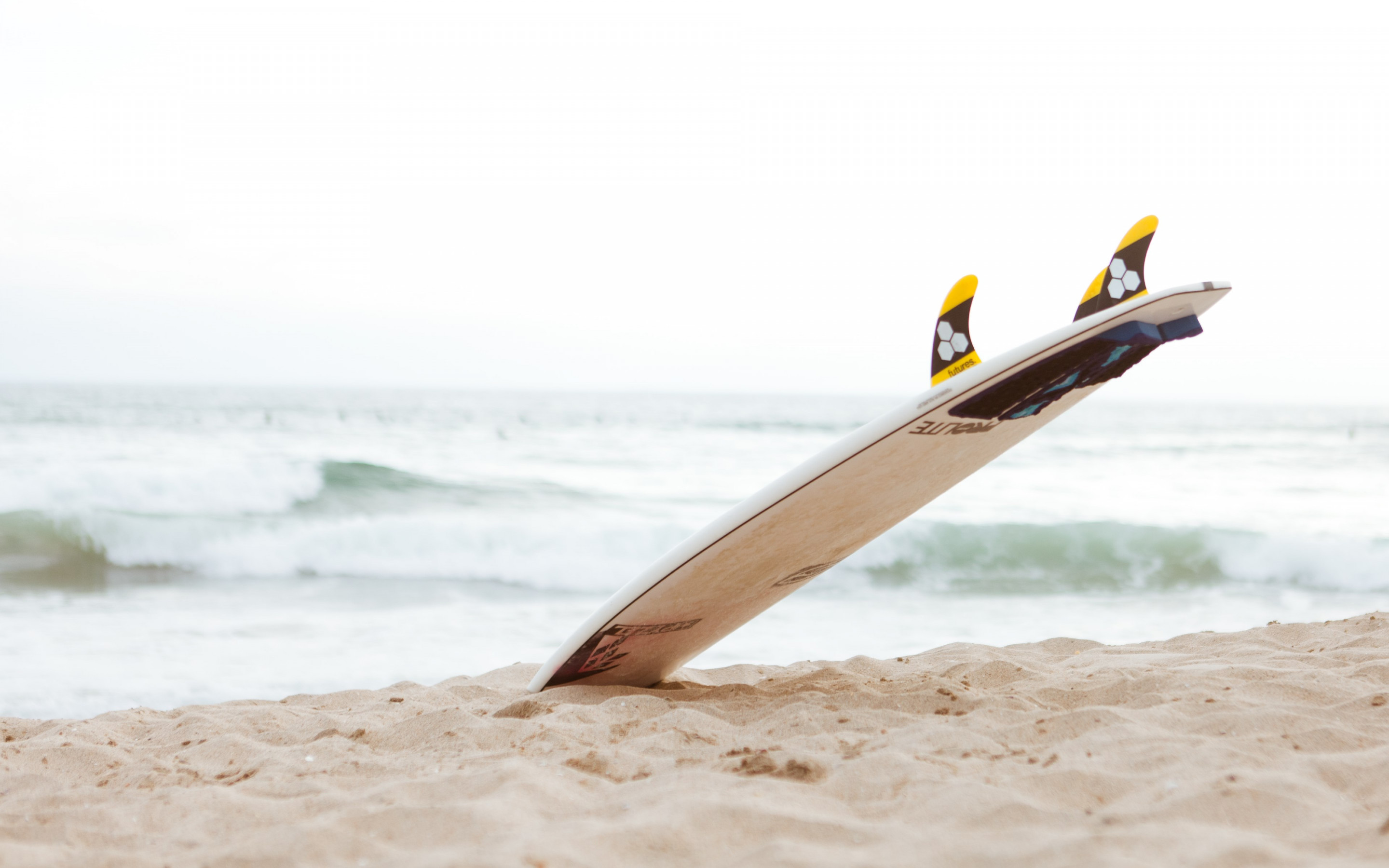 Surf board on the beach | 2880x1800 wallpaper