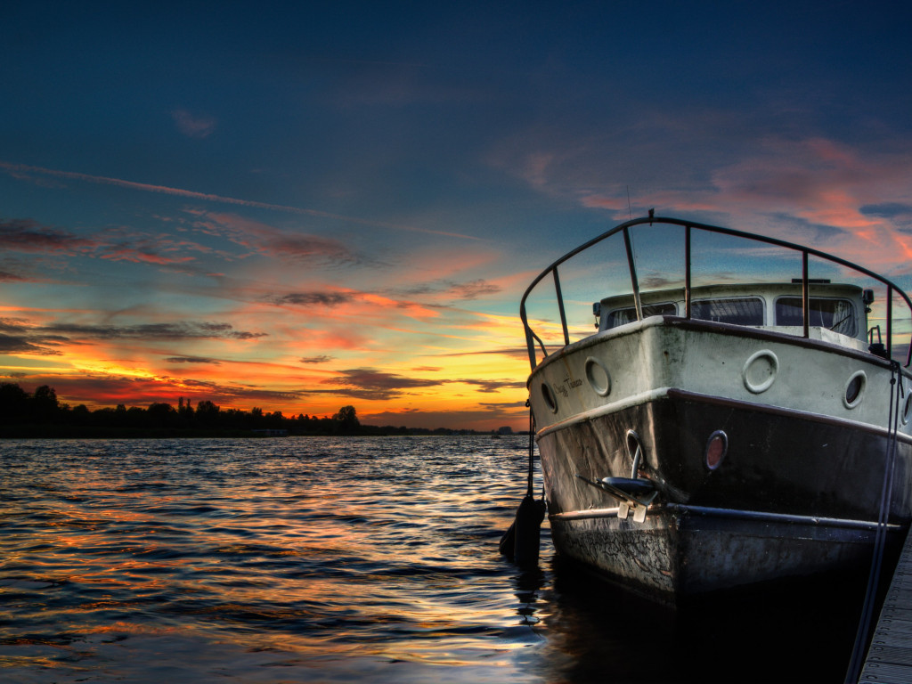 Boat and sunset in background | 1024x768 wallpaper