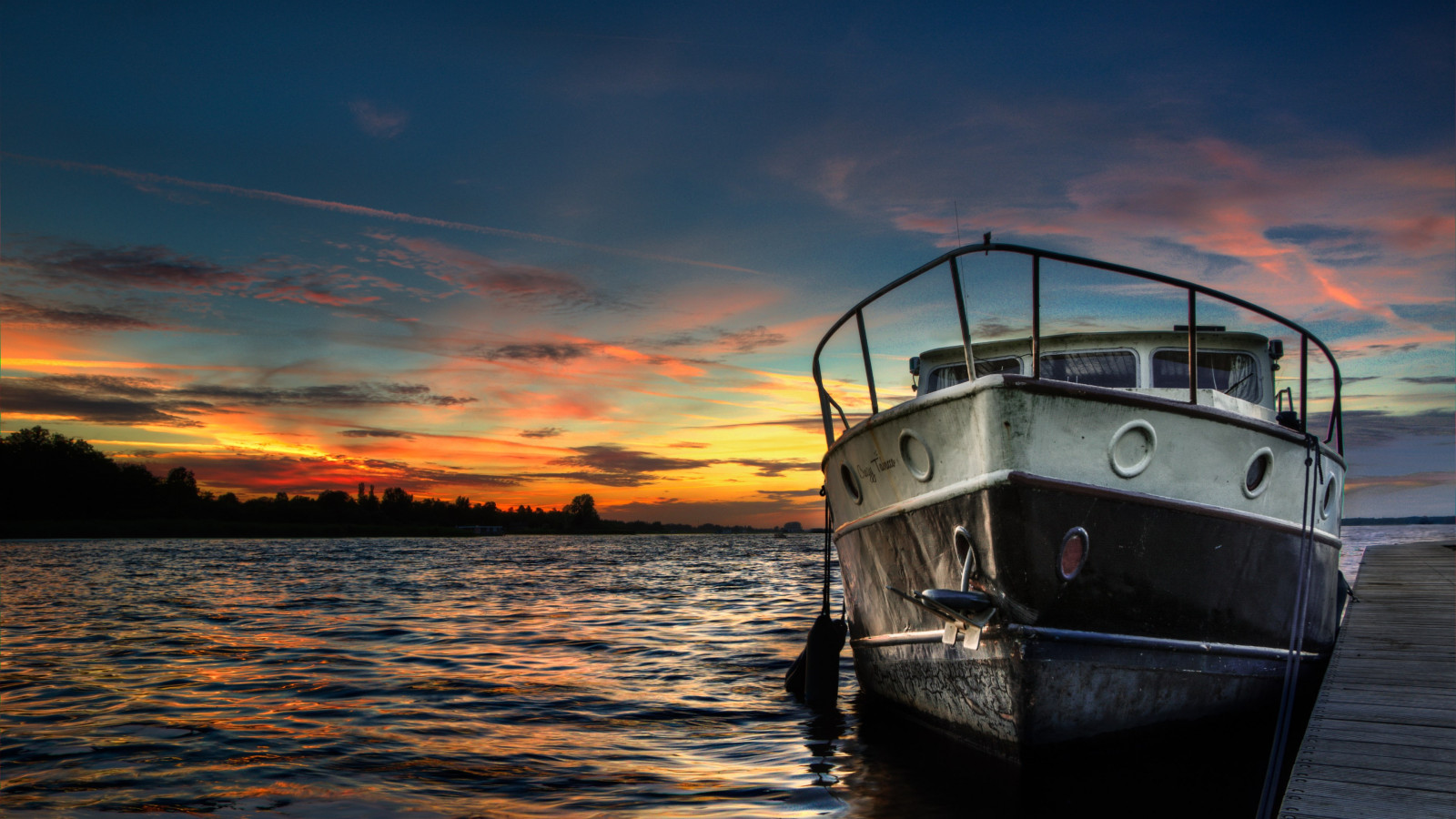 Boat and sunset in background wallpaper 1600x900