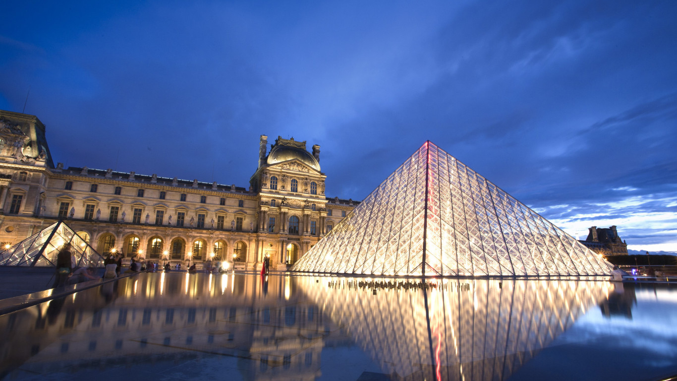 Louvre pyramid and museum | 1366x768 wallpaper