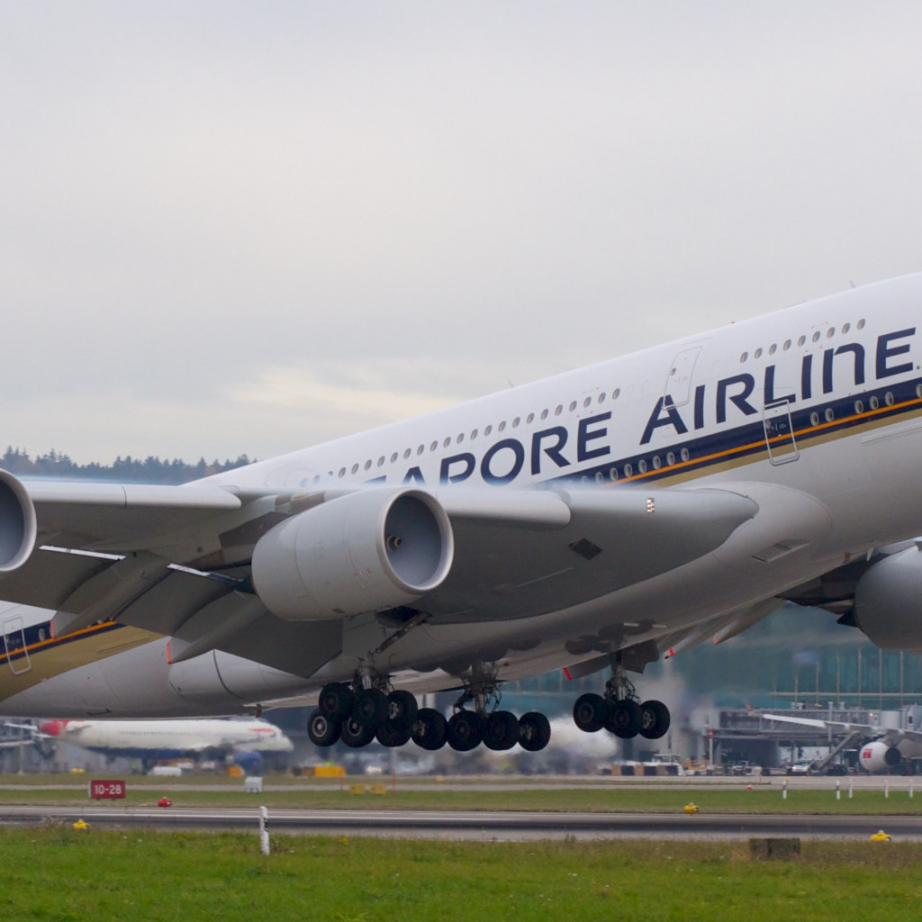 Passenger airplane from Singapore airlines wallpaper 1024x1024