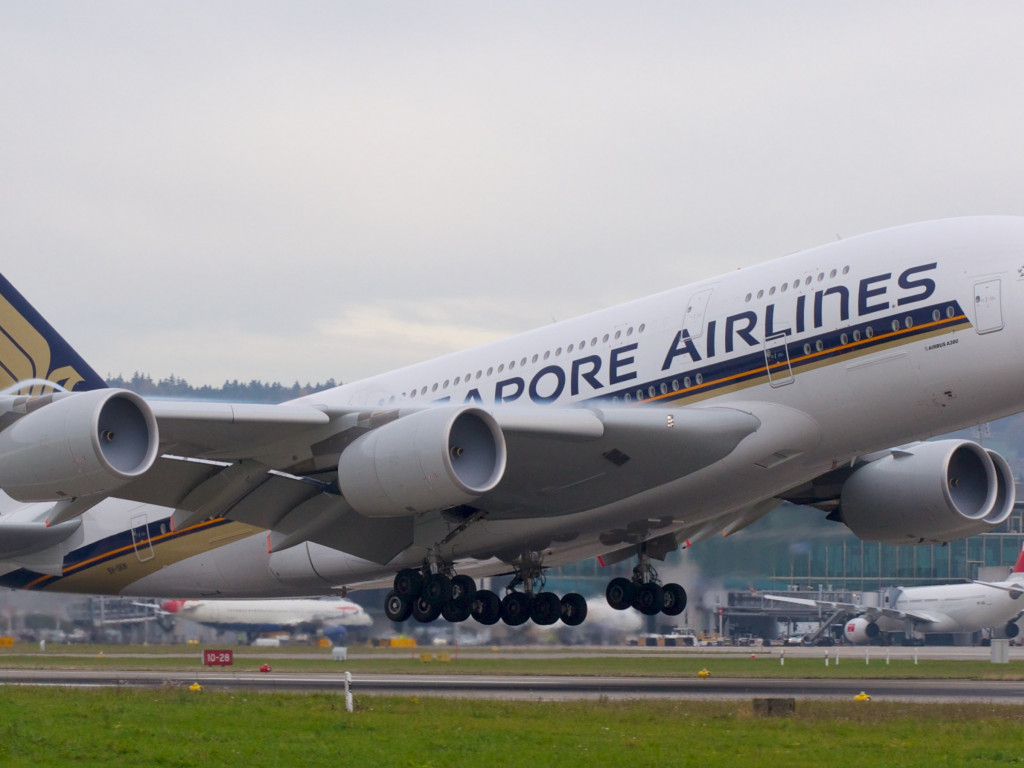 Passenger airplane from Singapore airlines wallpaper 1024x768
