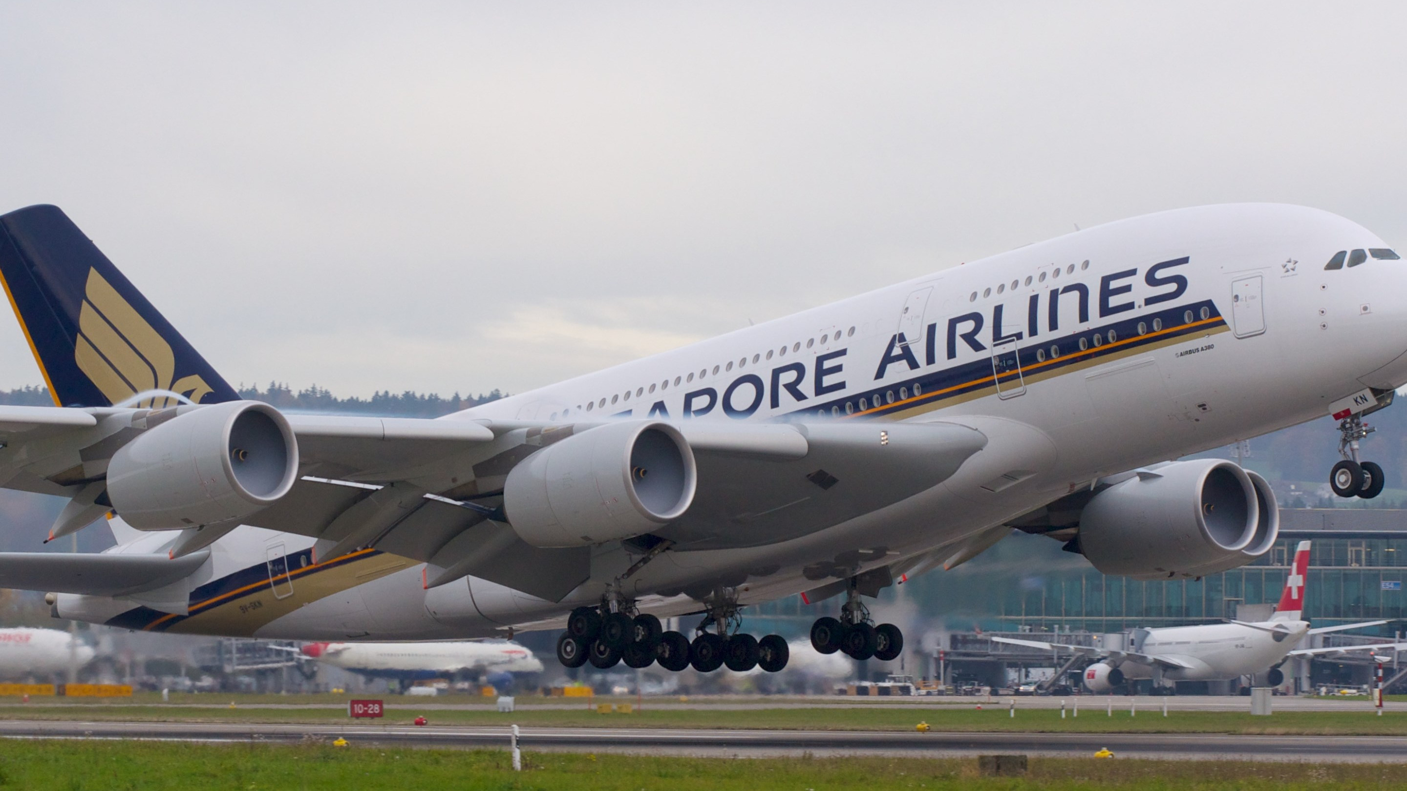 Passenger airplane from Singapore airlines wallpaper 2880x1620