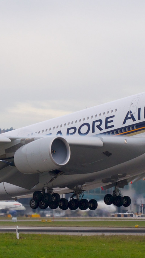 Passenger airplane from Singapore airlines wallpaper 480x854