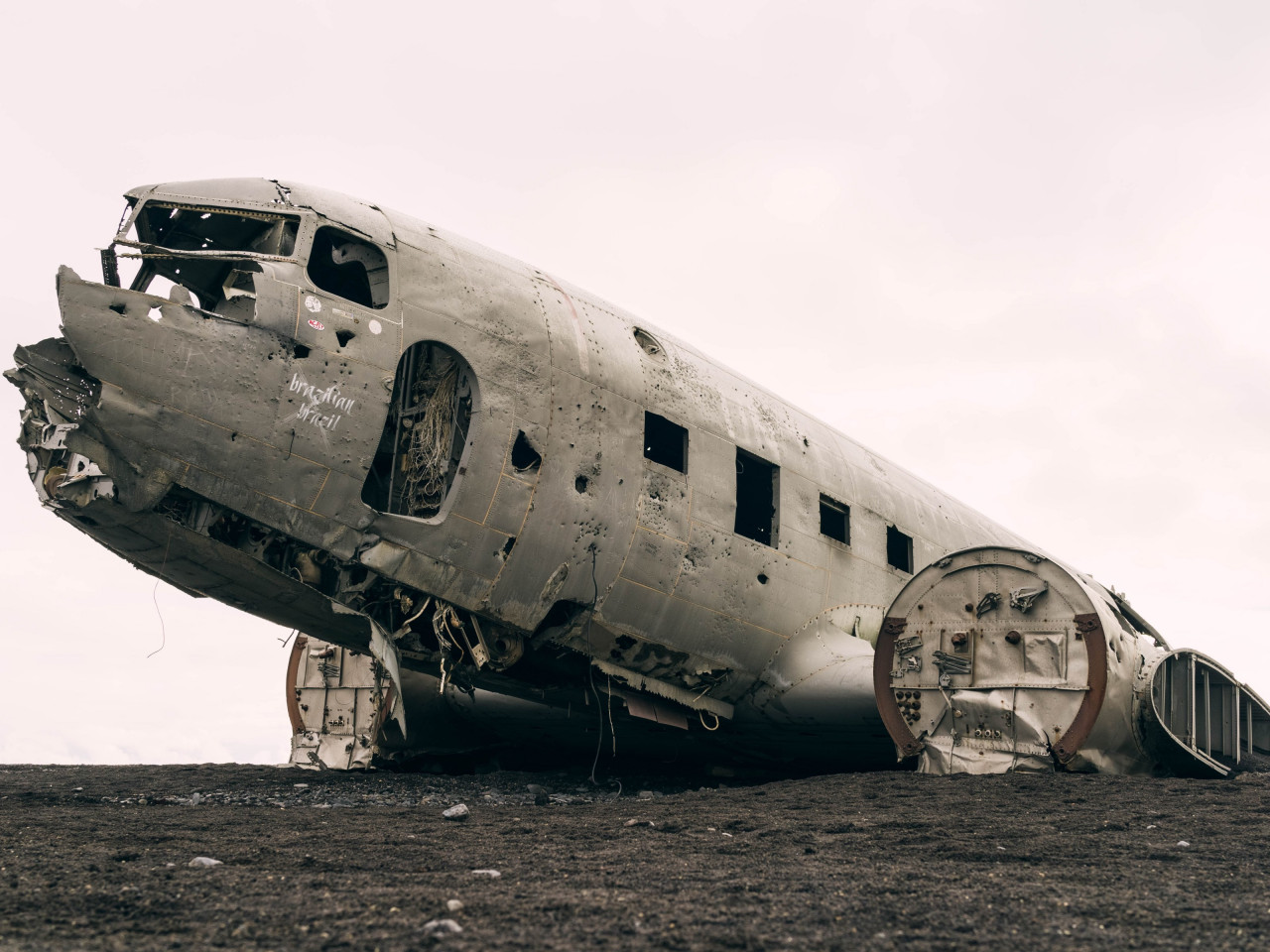 Wrecked airplane wallpaper 1280x960