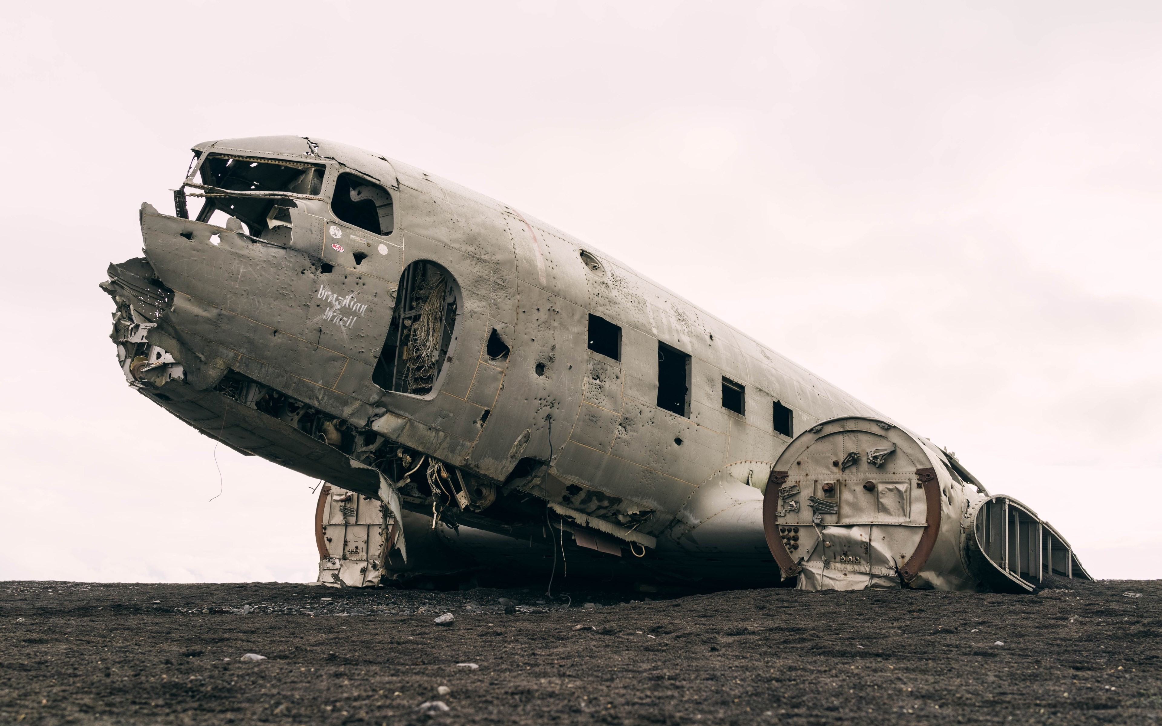Wrecked airplane | 3840x2400 wallpaper