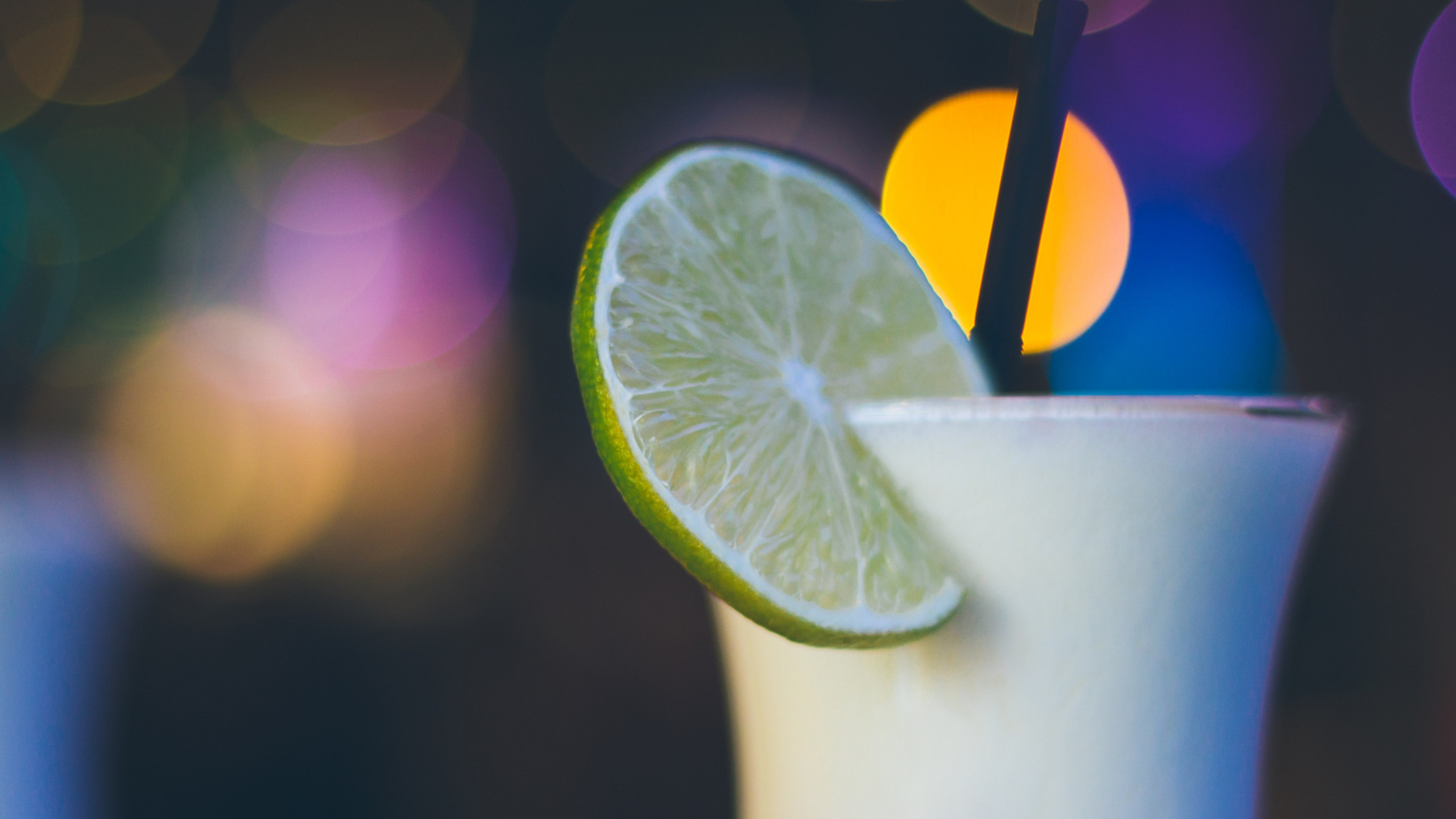 Exotic cocktail with lime | 2560x1440 wallpaper