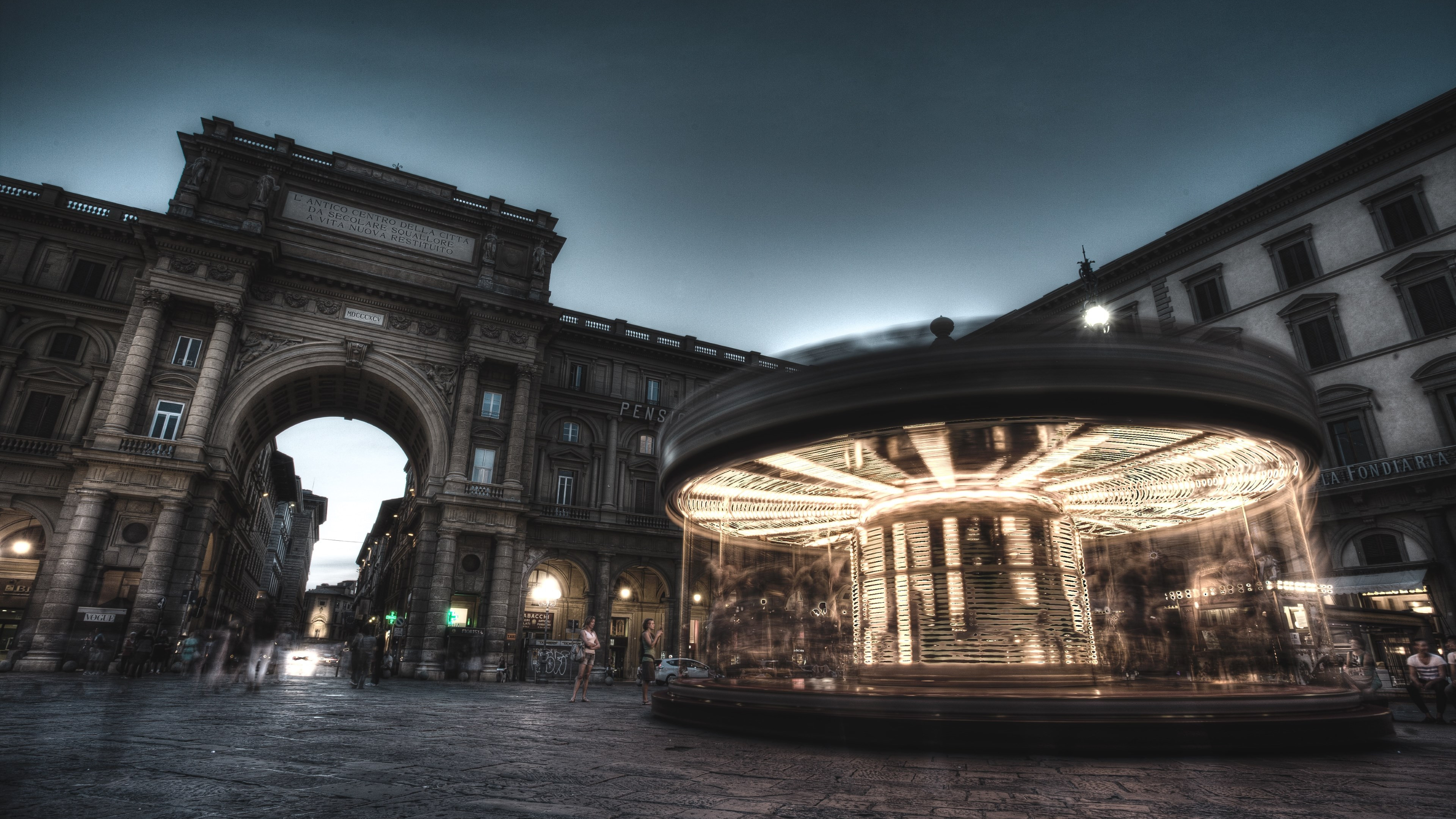 Carousel, people and buildings from Florence wallpaper 3840x2160