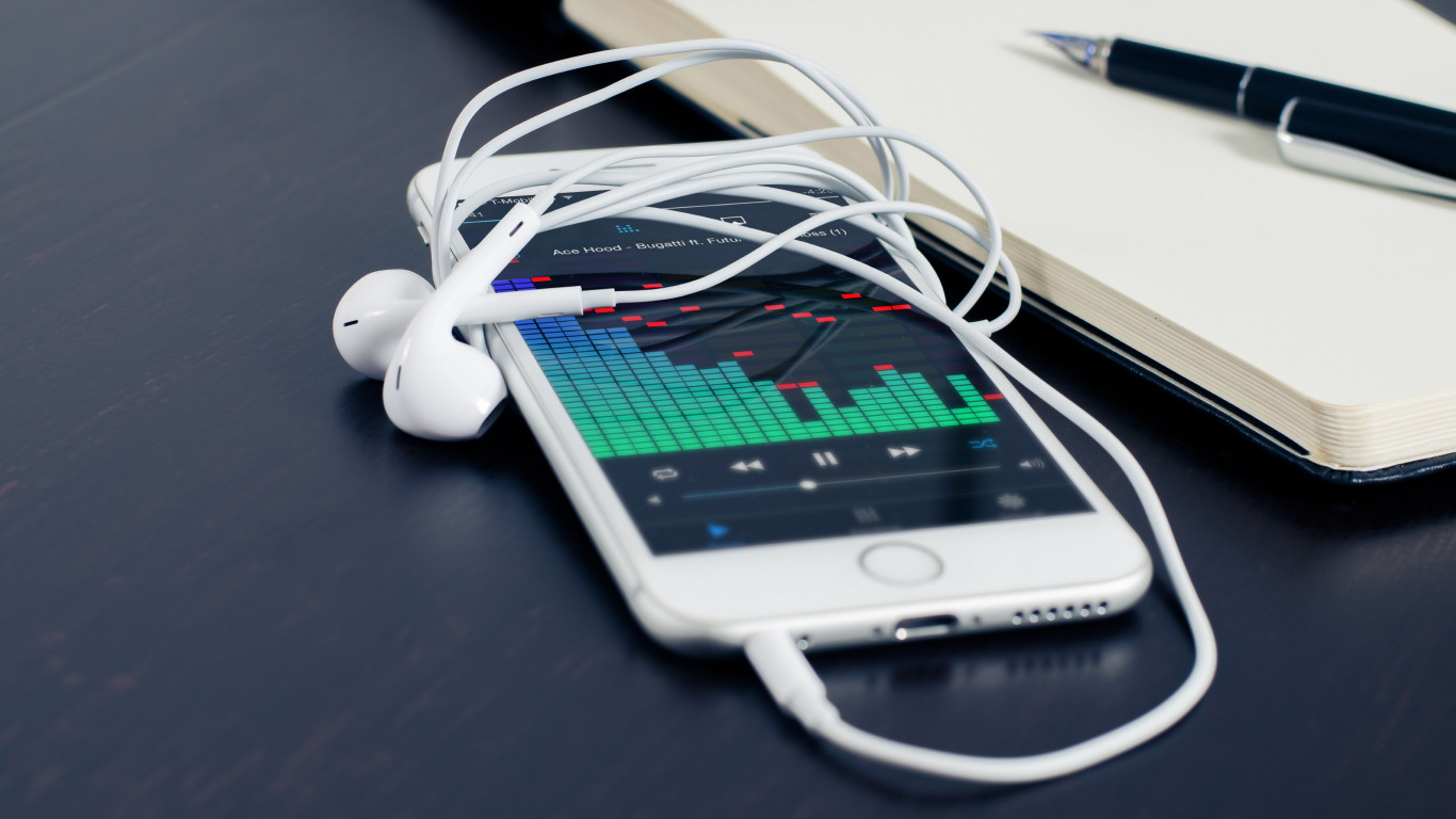 Music plays on the iPhone's earphones wallpaper 1366x768