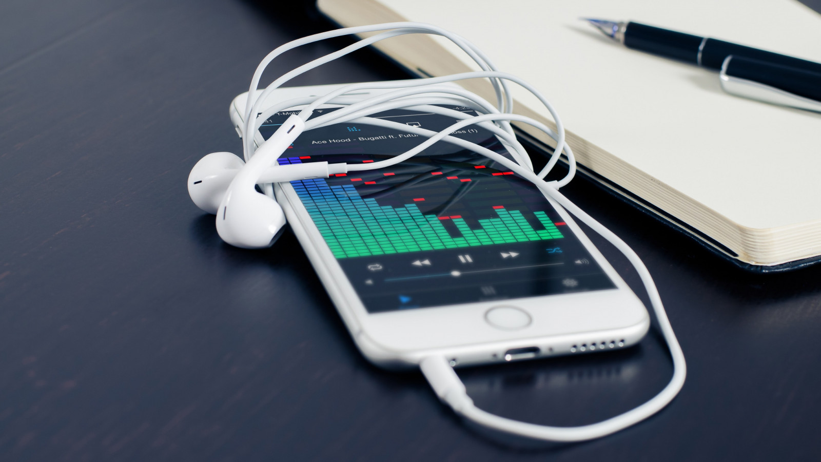 Music plays on the iPhone's earphones wallpaper 1600x900