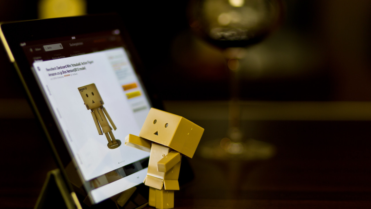 Danbo with tablet | 1280x720 wallpaper
