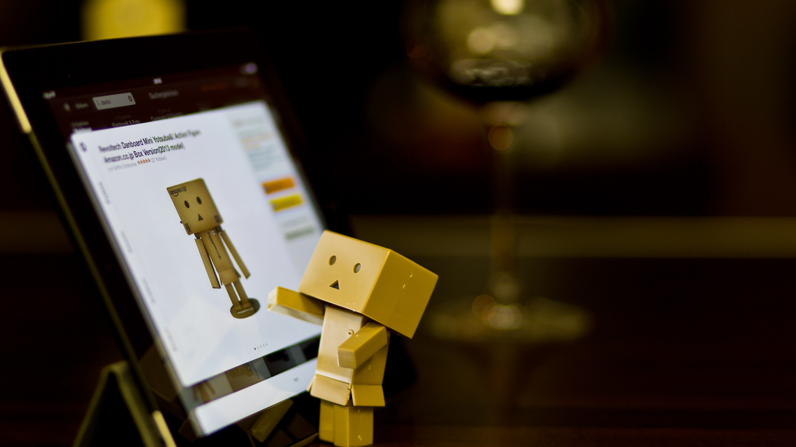 Danbo with tablet | 1600x900 wallpaper