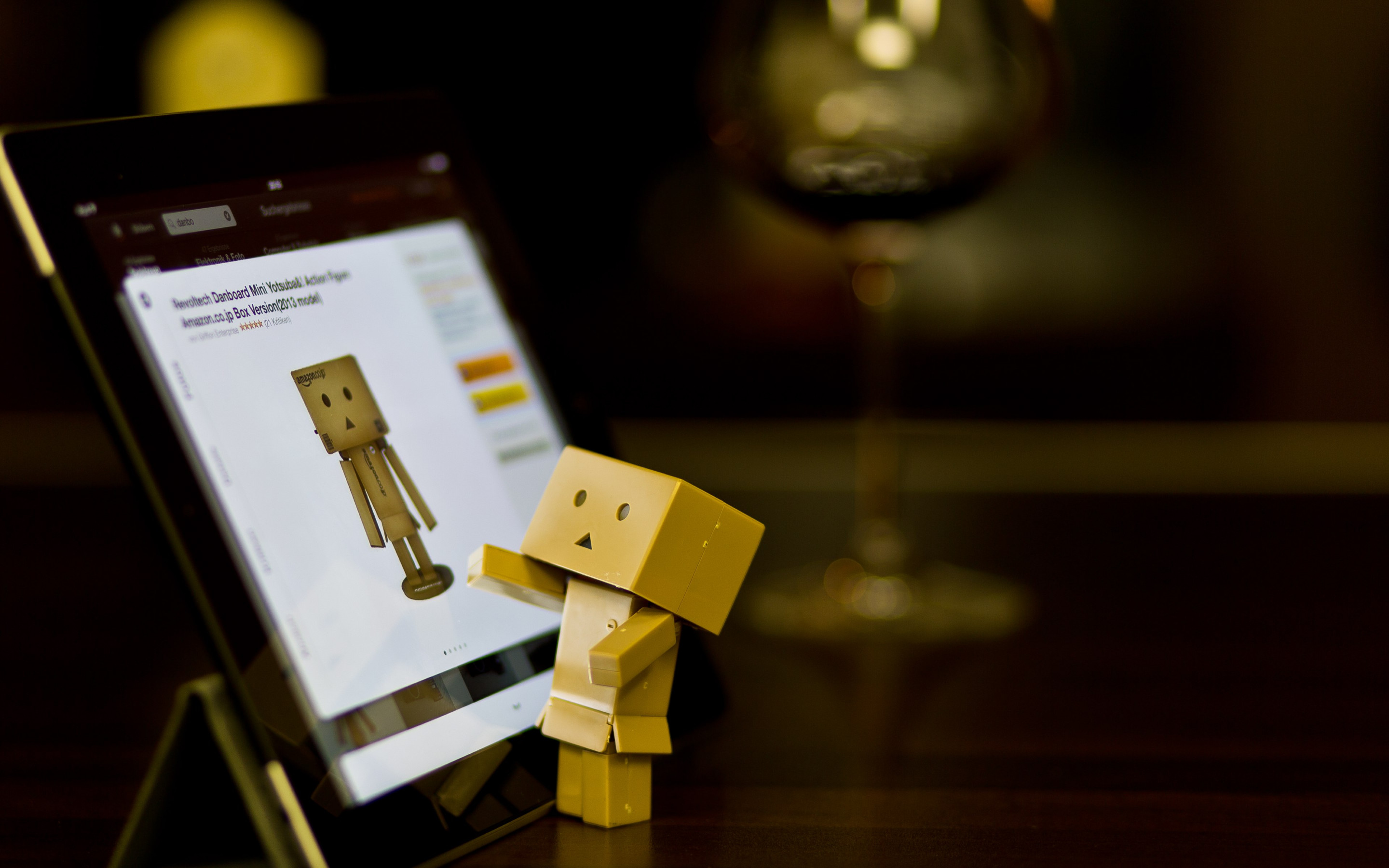 Danbo with tablet wallpaper 2880x1800