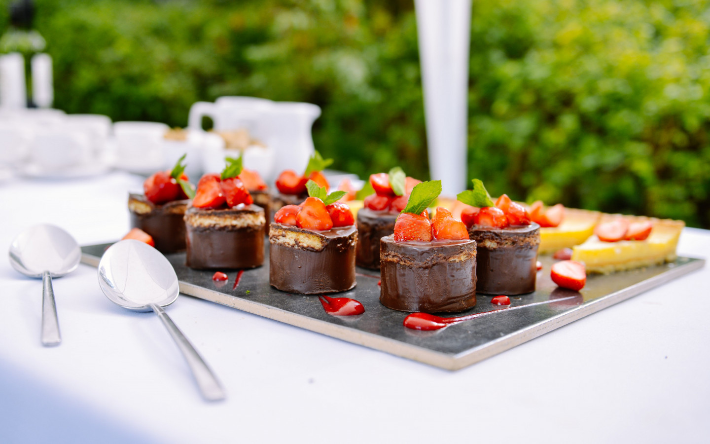 Chocolate cakes with strawberries | 1440x900 wallpaper