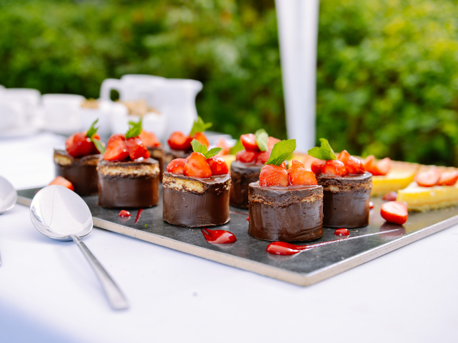 Chocolate cakes with strawberries | 1600x1200 wallpaper