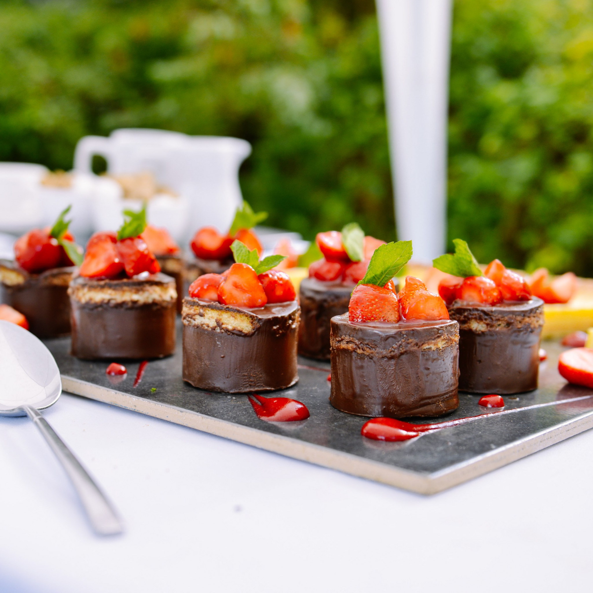 Chocolate cakes with strawberries wallpaper 2048x2048