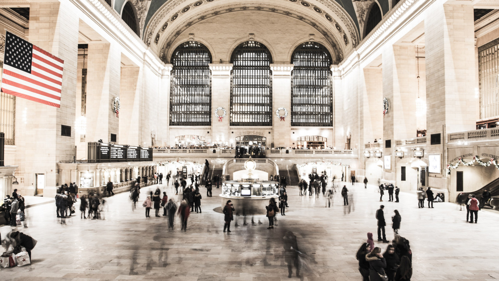 People in NYC Grand Central Terminal | 1600x900 wallpaper